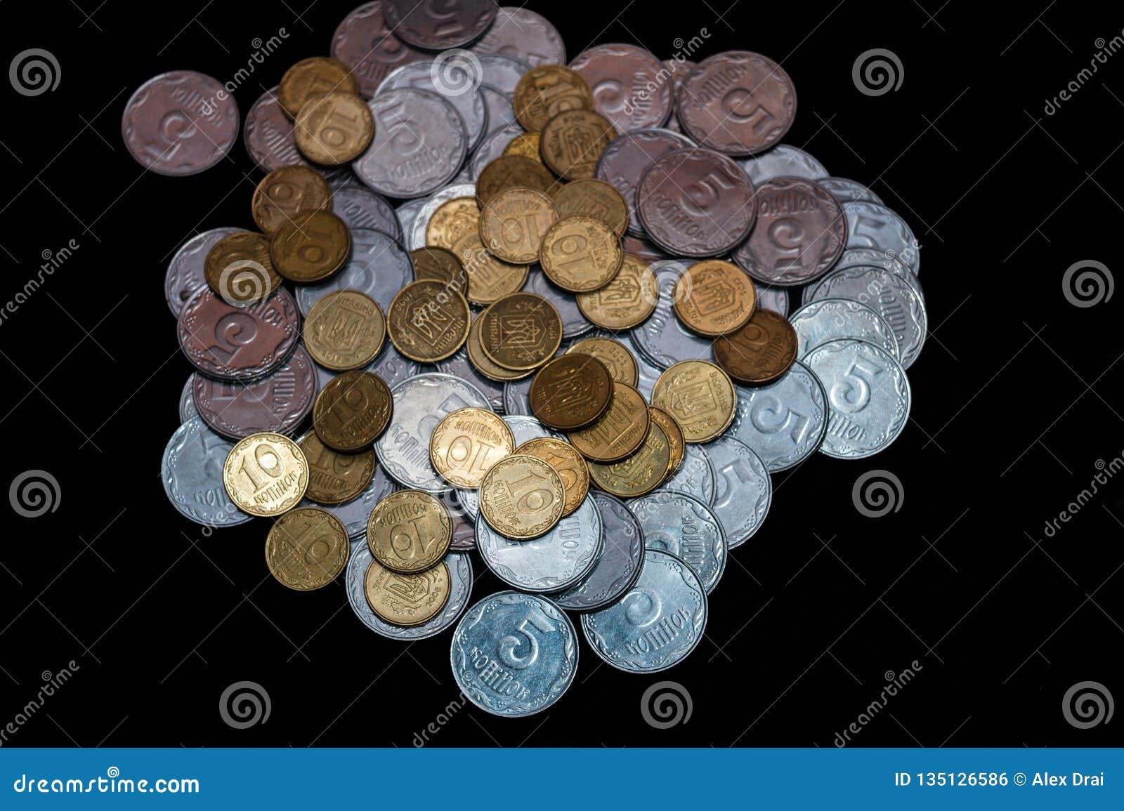Μικρά ουκρανικά νομίσματα που απομονώνονται στο μαύρο υπόβαθρο Κινηματογράφηση σε πρώτο πλάνο