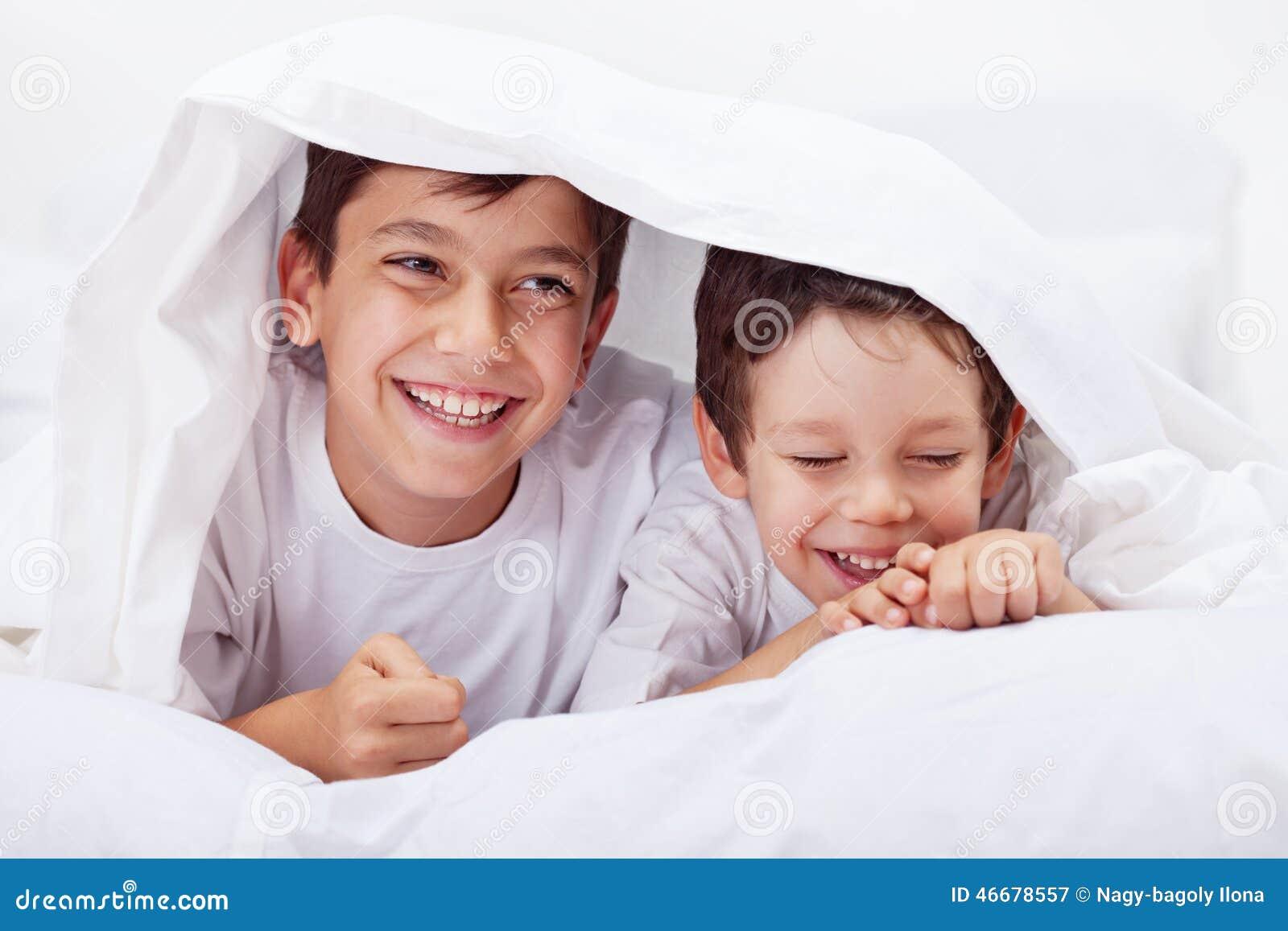 Μικρά παιδιά που από κοινού