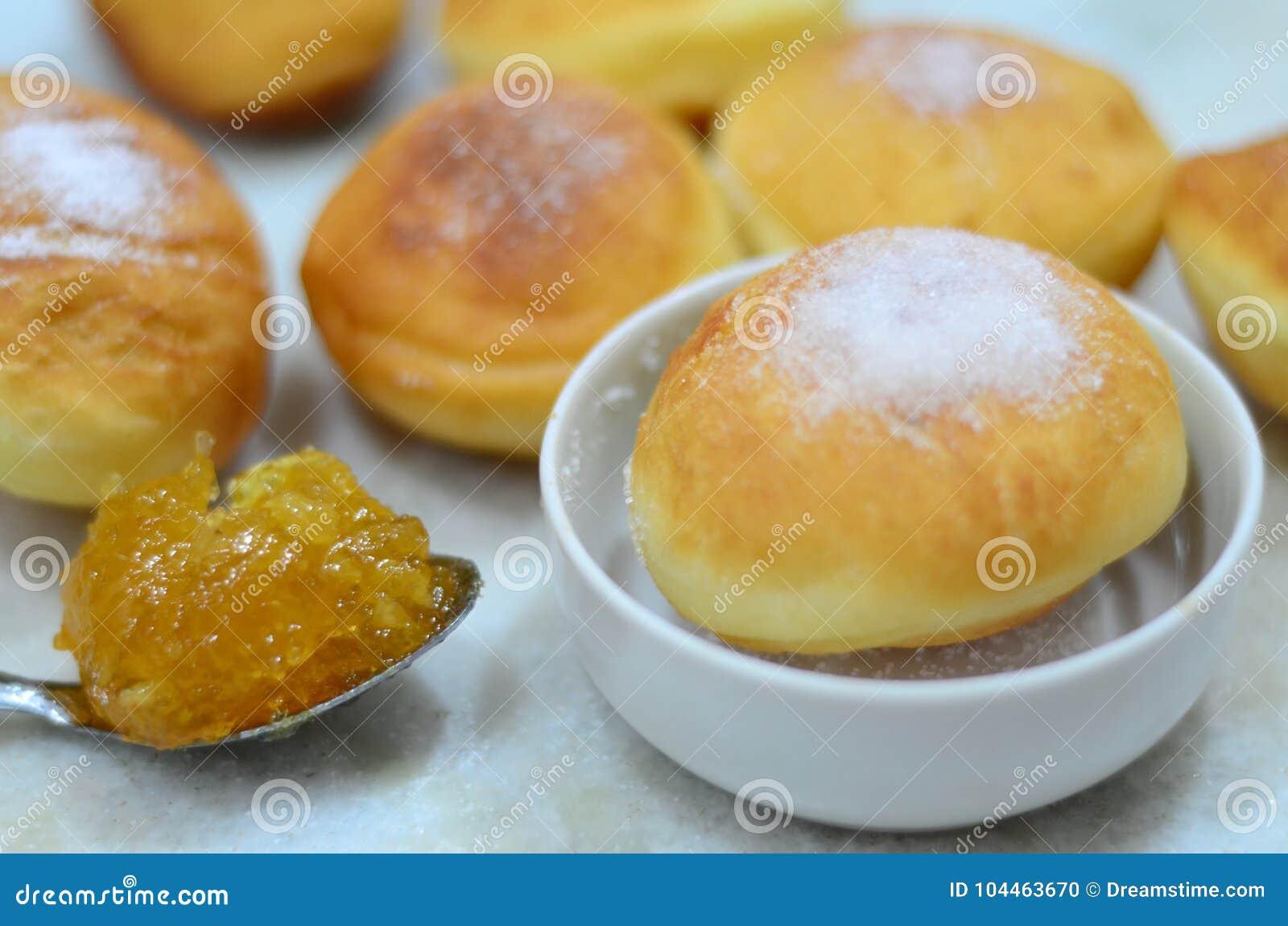 Μικρά donuts με τη ζάχαρη και την πορτοκαλιά μαρμελάδα