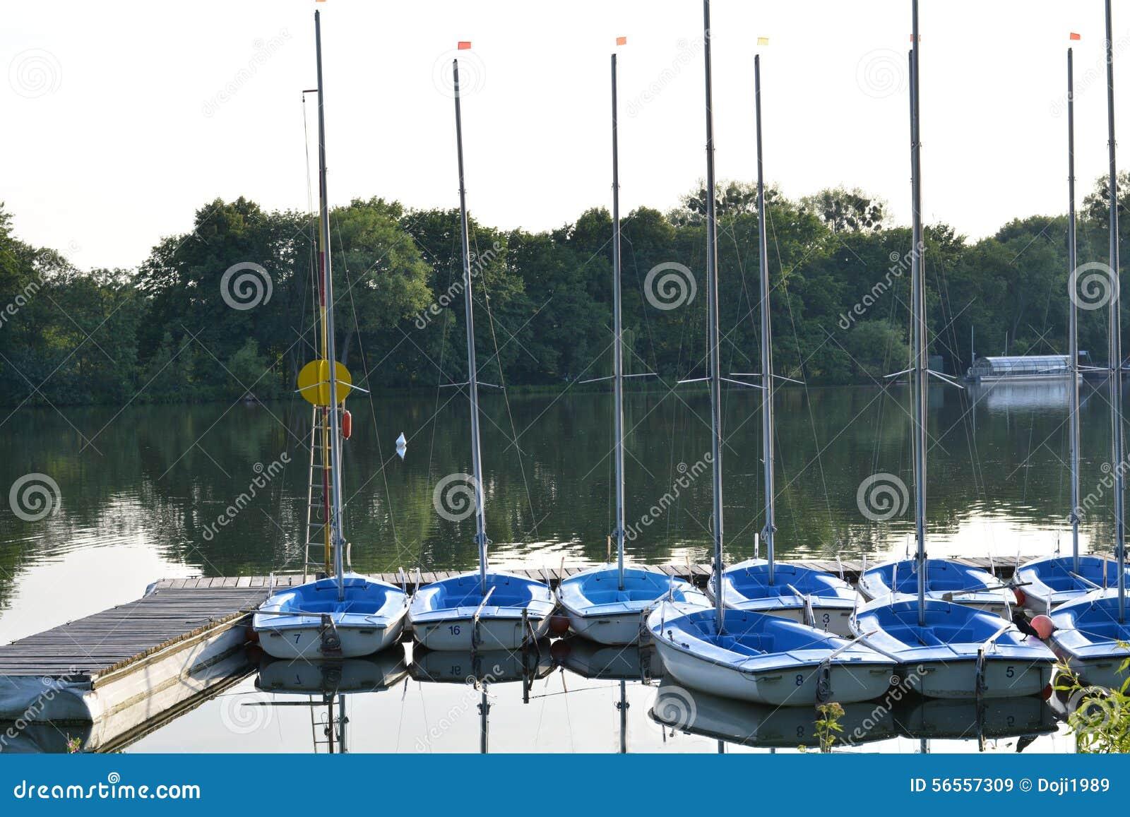 Download Μικρά sailboats στοκ εικόνα. εικόνα από τοπίο, σκάφος - 56557309