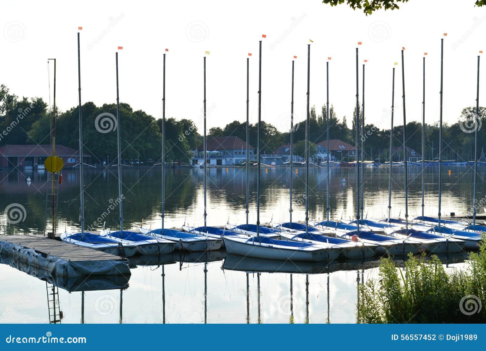 Download Μικρά sailboats στοκ εικόνες. εικόνα από αννόβερο, κόλπων - 56557452