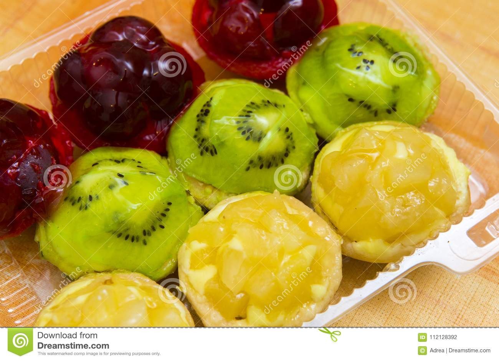 Μικρά tarts κερασιών, ακτινίδιων και ανανά