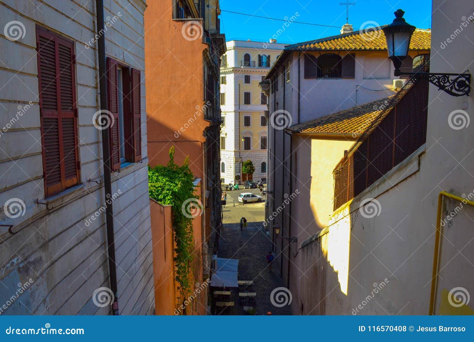 Μικρή αλέα στη μέση της Ρώμης, Ιταλία, με έναν φραγμό καφέδων με τον πίνακα