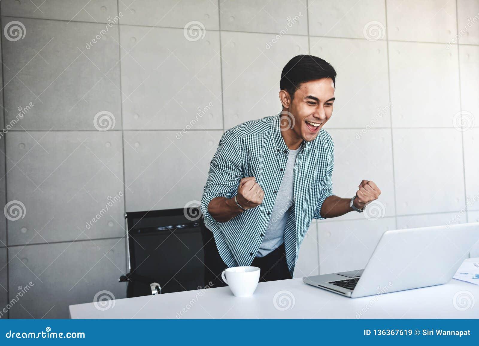 Μικρή επιχείρηση και επιτυχής έννοια Νέος ασιατικός επιχειρηματίας Glad για να λάβει τις καλές ειδήσεις ή τα υψηλά κέρδη