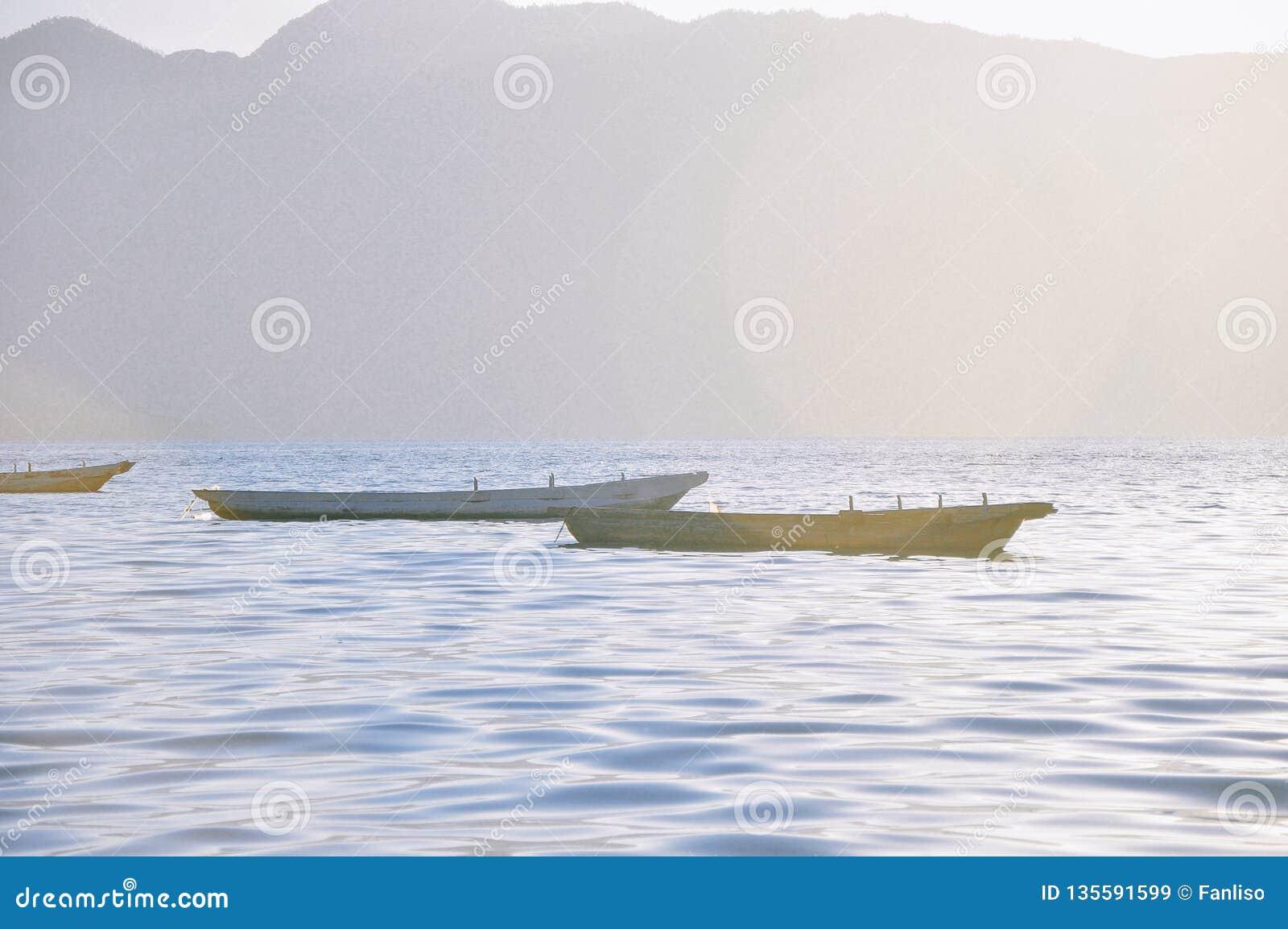Μικρή ξύλινη βάρκα στη λίμνη Lugu, Κίνα