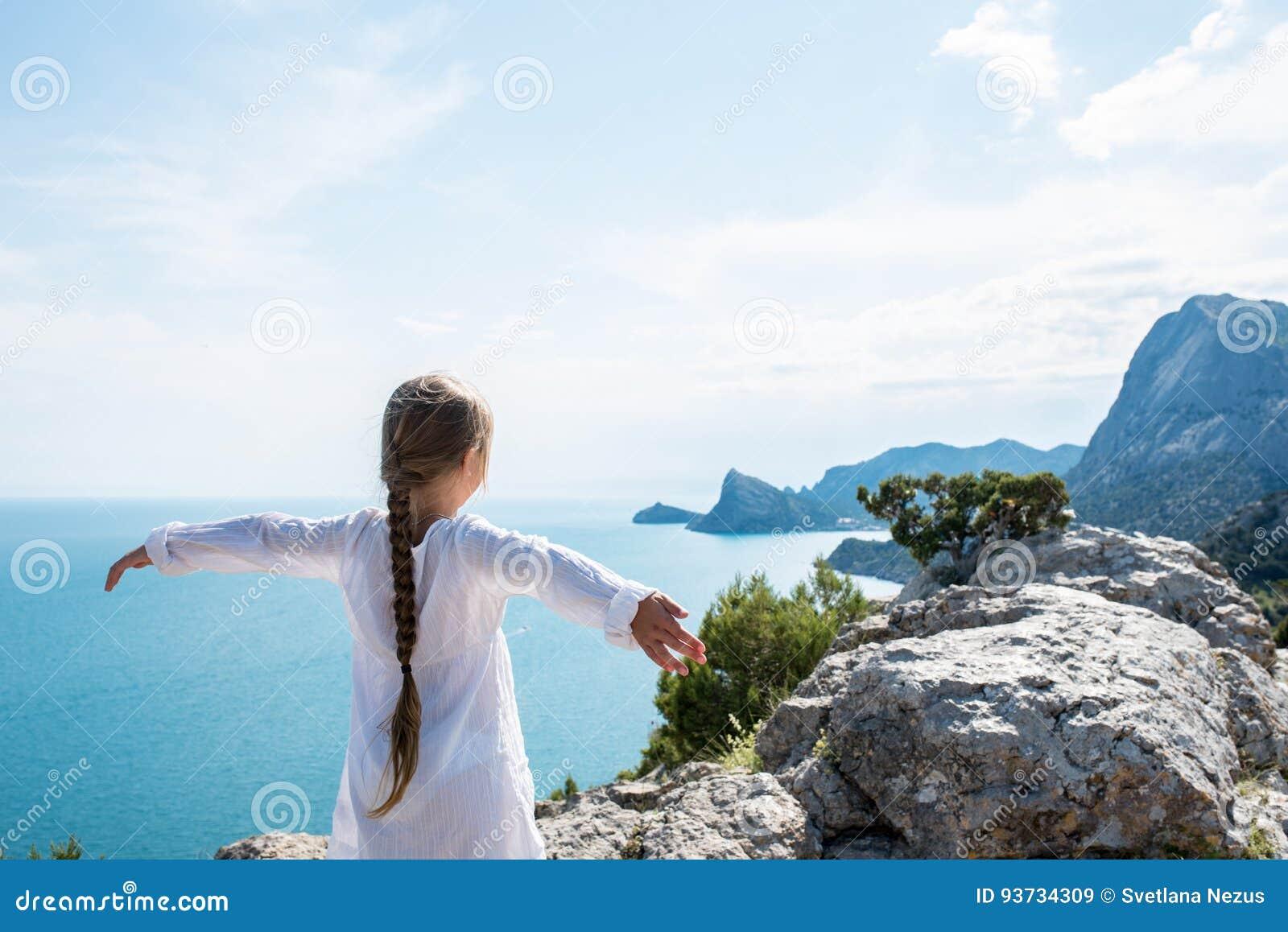 Μικρή παραμονή κοριτσιών στην κορυφή του βουνού
