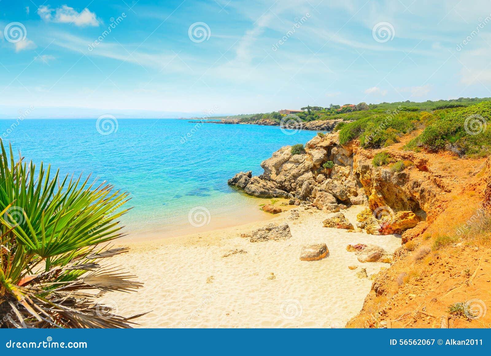 Download Μικρή παραλία κάτω από έναν νεφελώδη ουρανό στη Σαρδηνία Στοκ Εικόνα - εικόνα από ουρανός, άμμος: 56562067