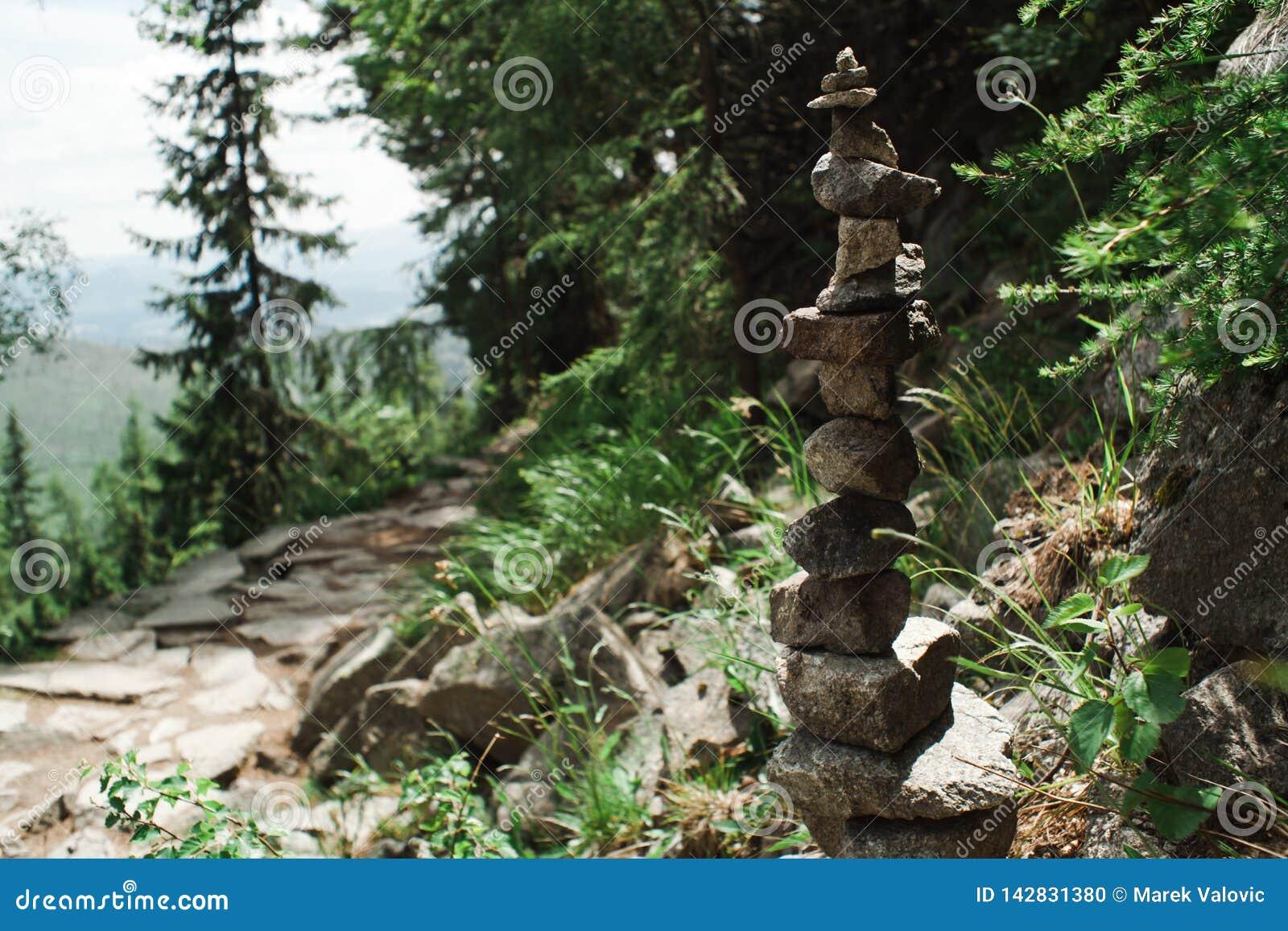 Μικροί βράχοι μορφής ισορροπίας - αρμονία στη φύση που γίνεται από τον άνθρωπο