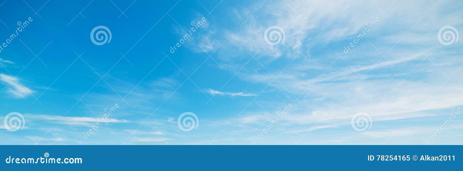 Μικροί σύννεφα και μπλε ουρανός