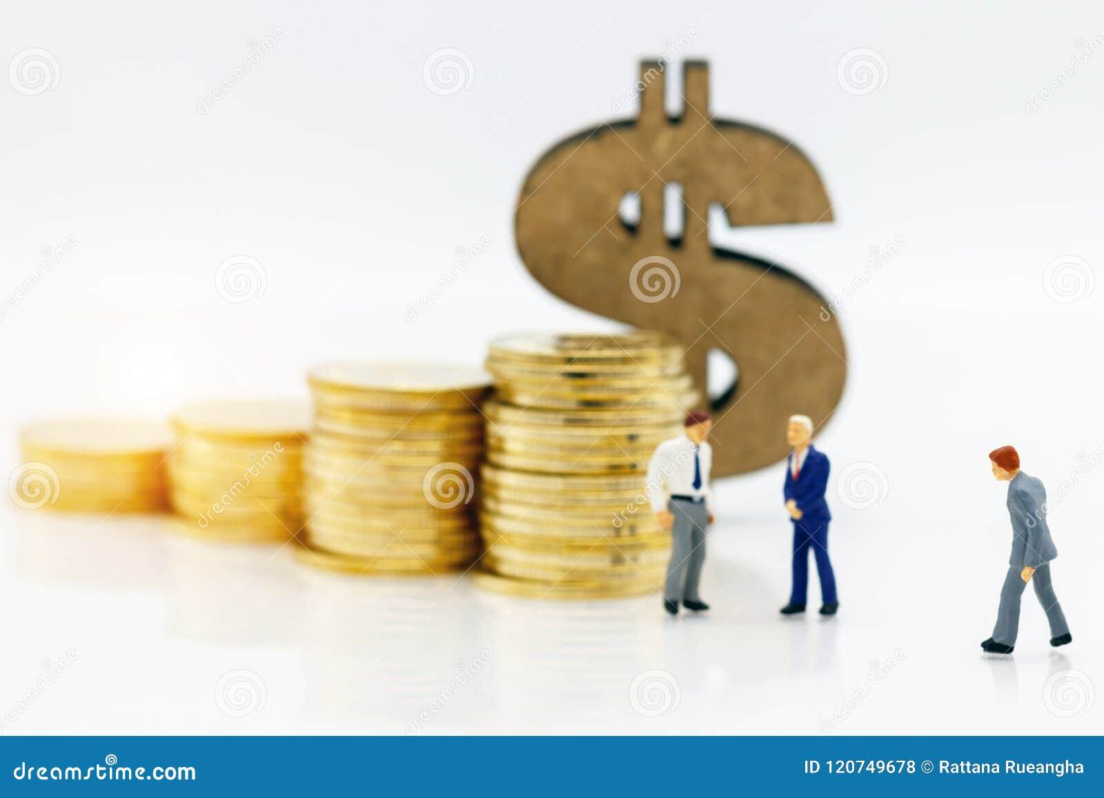 Μικροσκοπικοί άνθρωποι: Επιχειρηματίας που στέκεται με το σωρό και την κούκλα νομισμάτων