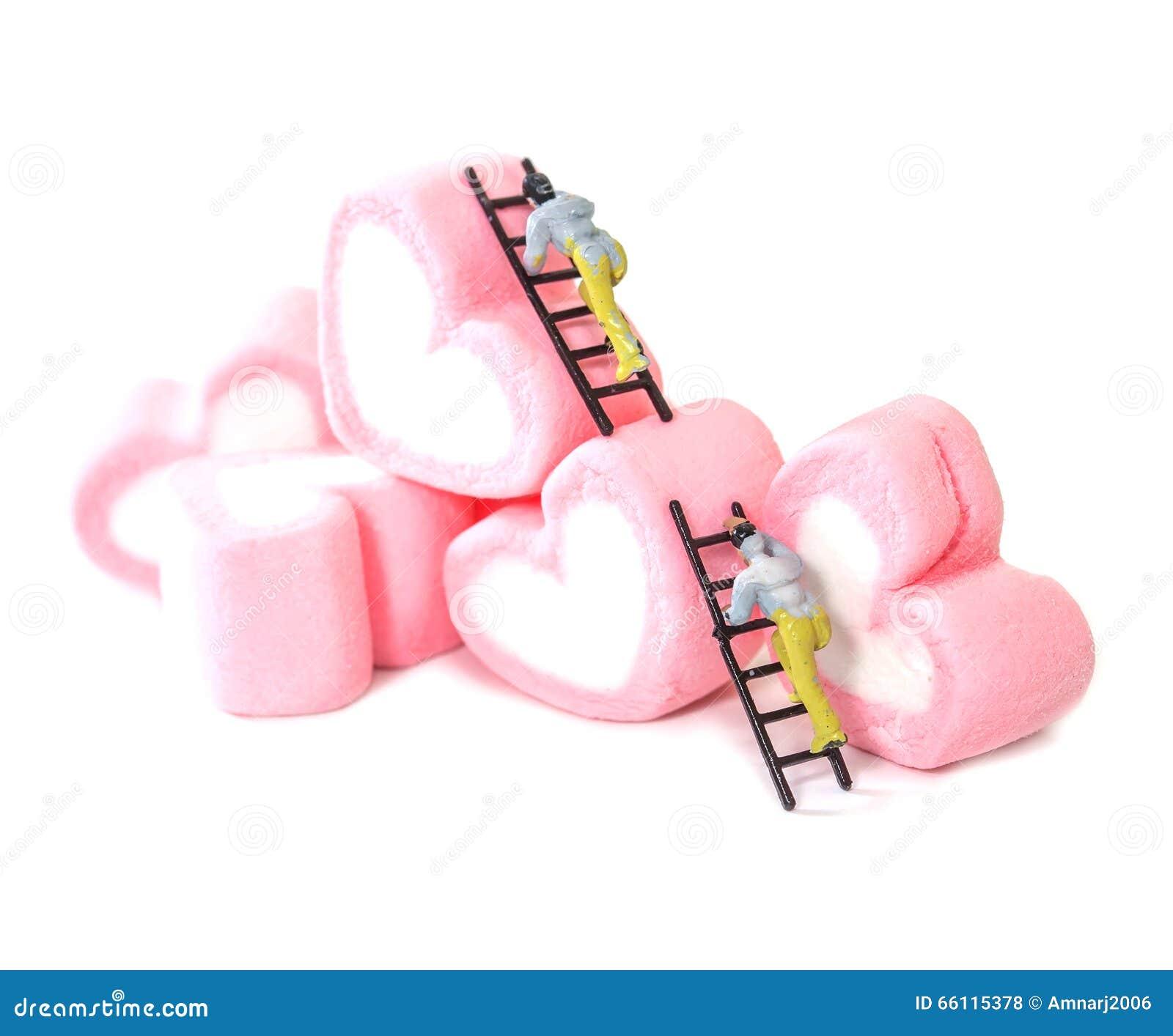 Μικροσκοπικοί άνθρωποι που εργάζονται με τις γλυκές marshmallow καραμέλες, selecti