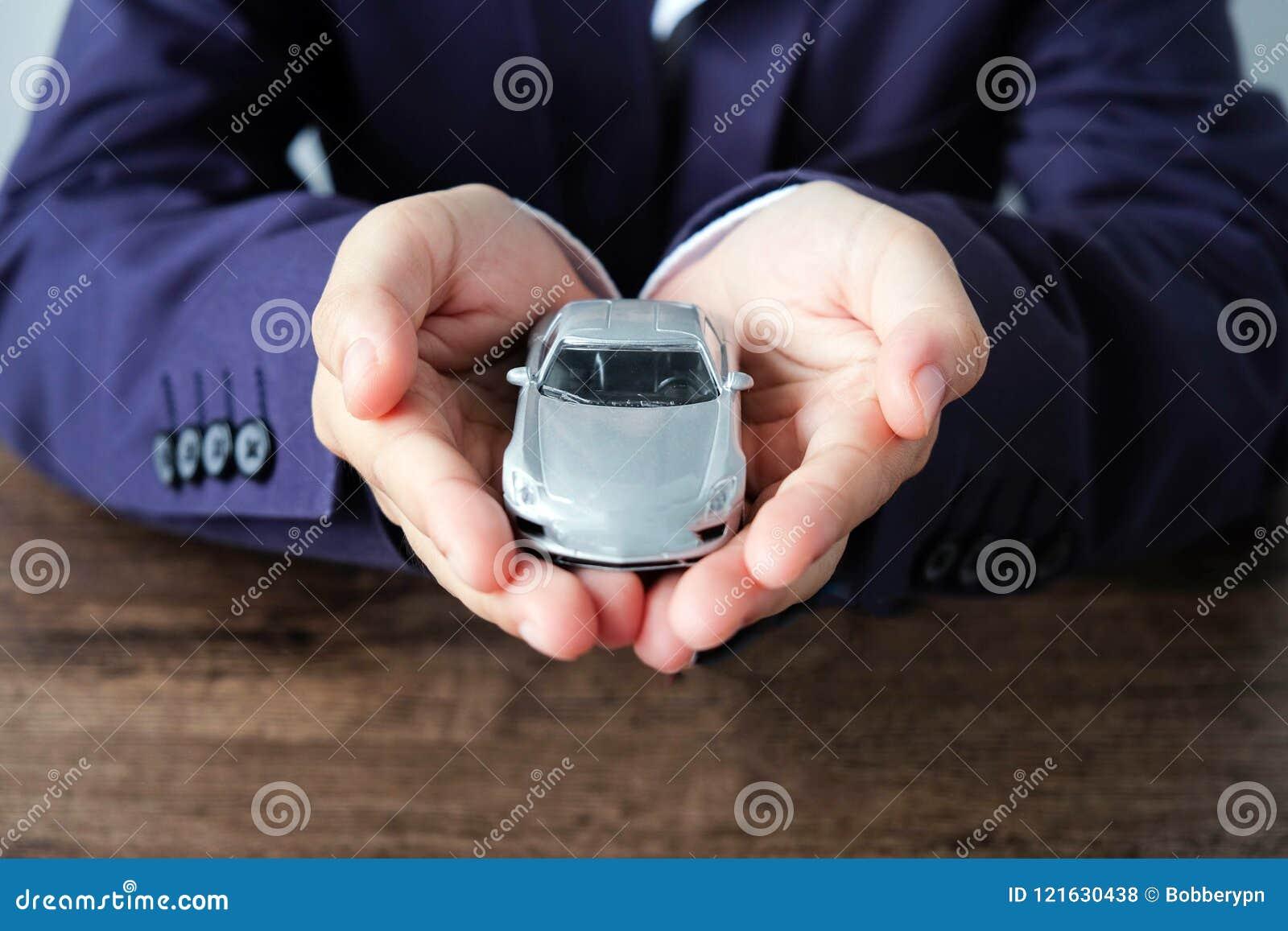 Μικροσκοπικό πρότυπο αυτοκινήτων σε διαθεσιμότητα, αυτόματος αντιπρόσωπος και έννοια ενοικίου