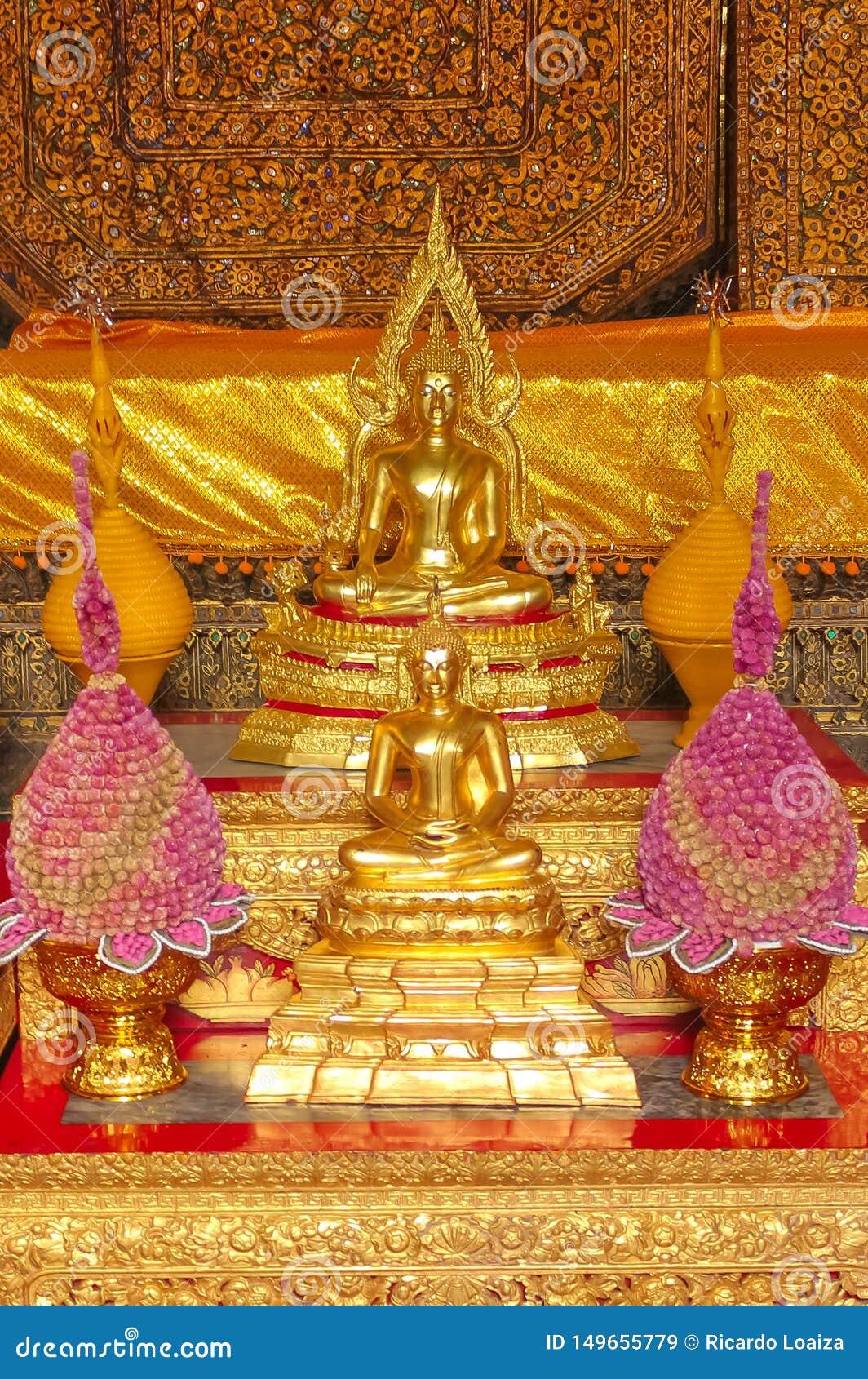 Μικρός βωμός της λατρείας στο Βούδα σε Wat Phra Kae, ναός του σμαραγδένιου Βούδα