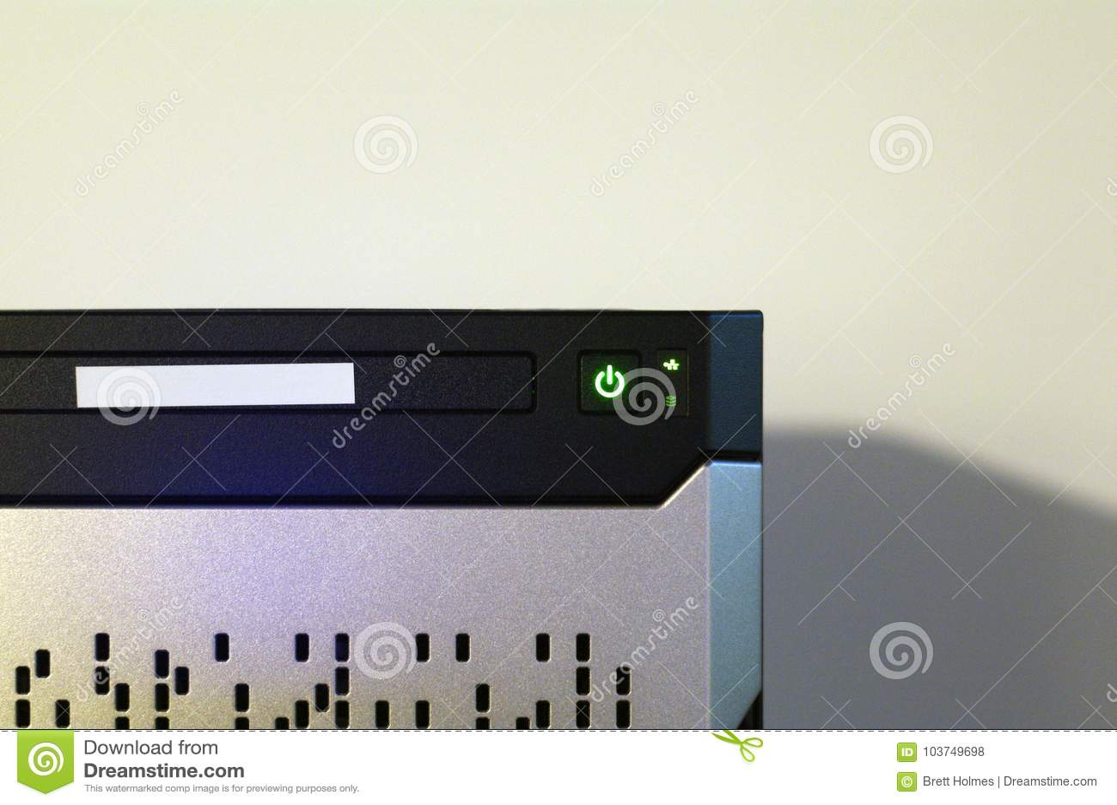 Μικρός κεντρικός υπολογιστής υπολογιστών δικτύων με το κουμπί δύναμης στη τοπ γωνία