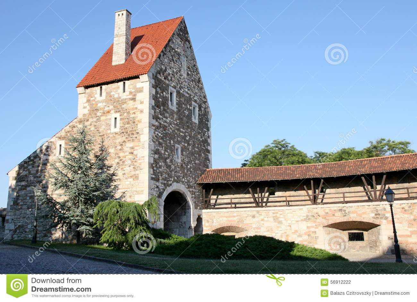Μικρός πύργος δίπλα σε έναν τοίχο