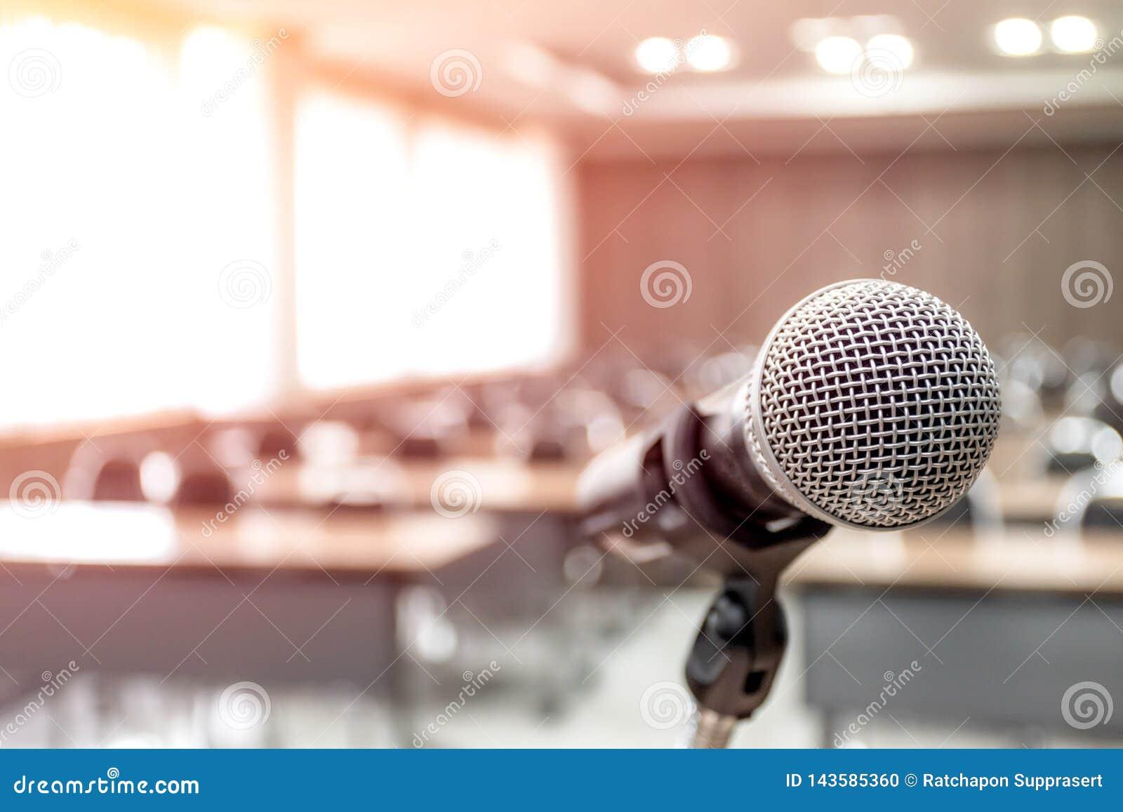 Μικρόφωνο στην περίληψη που θολώνεται της ομιλίας στο δωμάτιο σεμιναρίου
