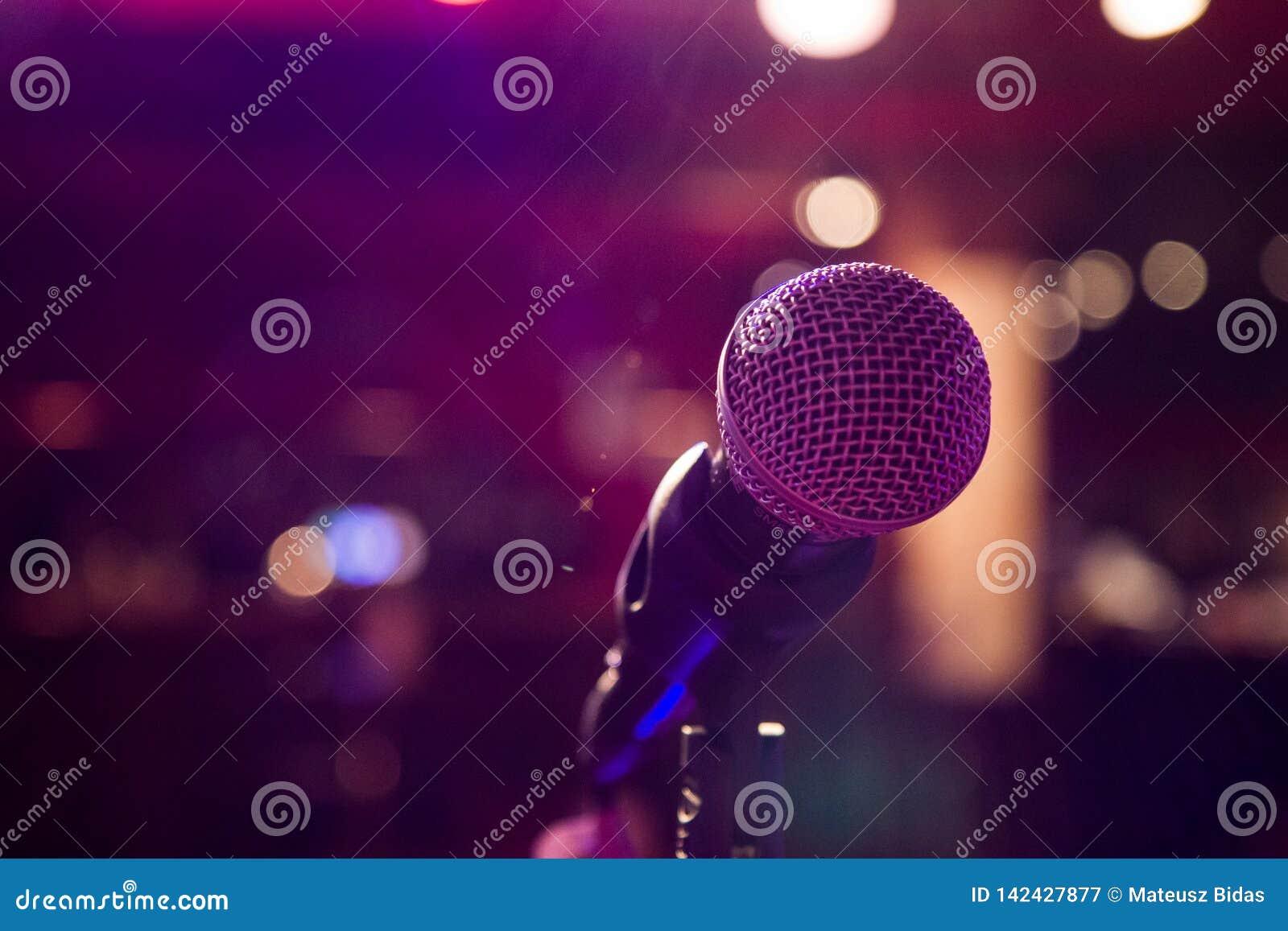 Μικρόφωνο στο ζωηρόχρωμο υπόβαθρο με το bokeh