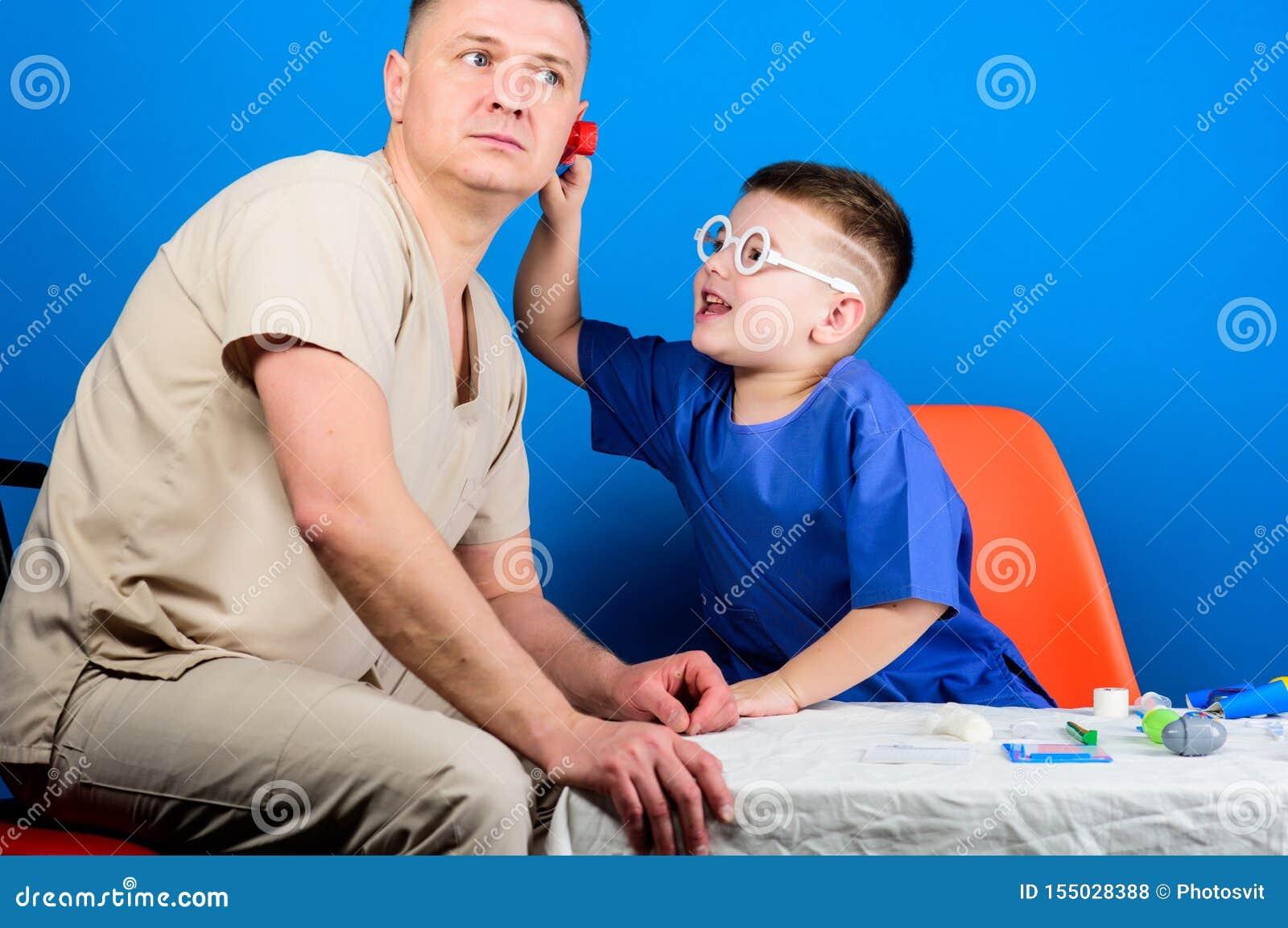 Μικρό αγόρι με τον μπαμπά στο νοσοκομείο ευτυχές παιδί με τον πατέρα με το στηθοσκόπιο r ιατρική και υγεία πατέρας και
