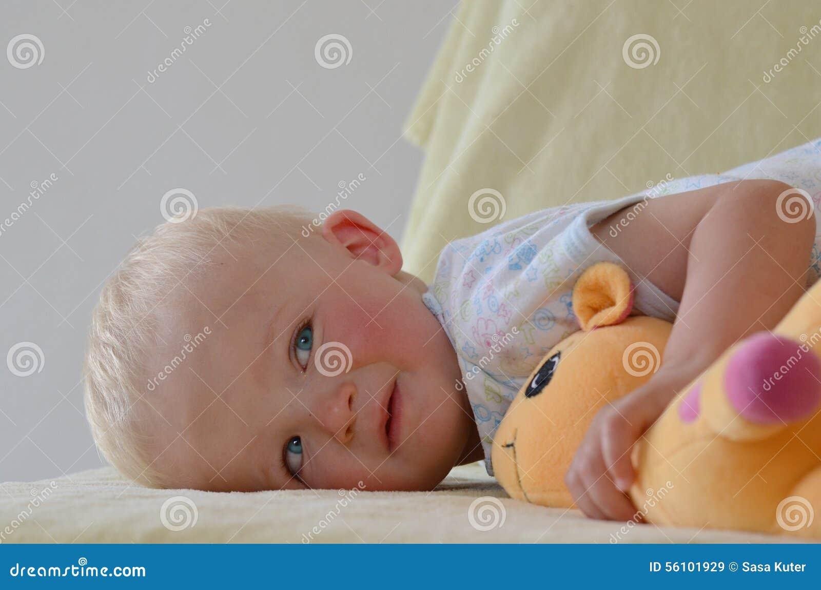 Μικρό αγόρι με το γεμισμένο παιχνίδι του
