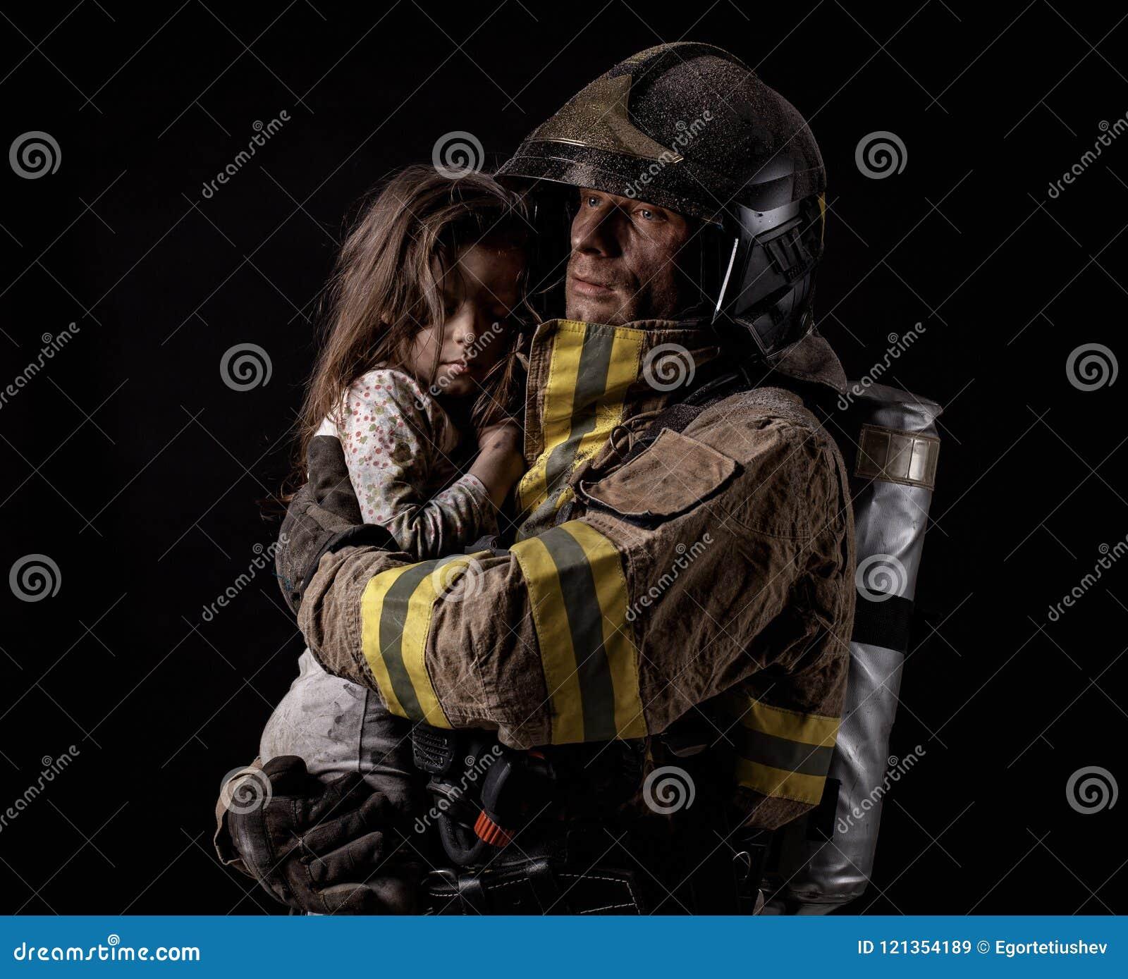 Μικρό κορίτσι εκμετάλλευσης πυροσβεστών στο Μαύρο