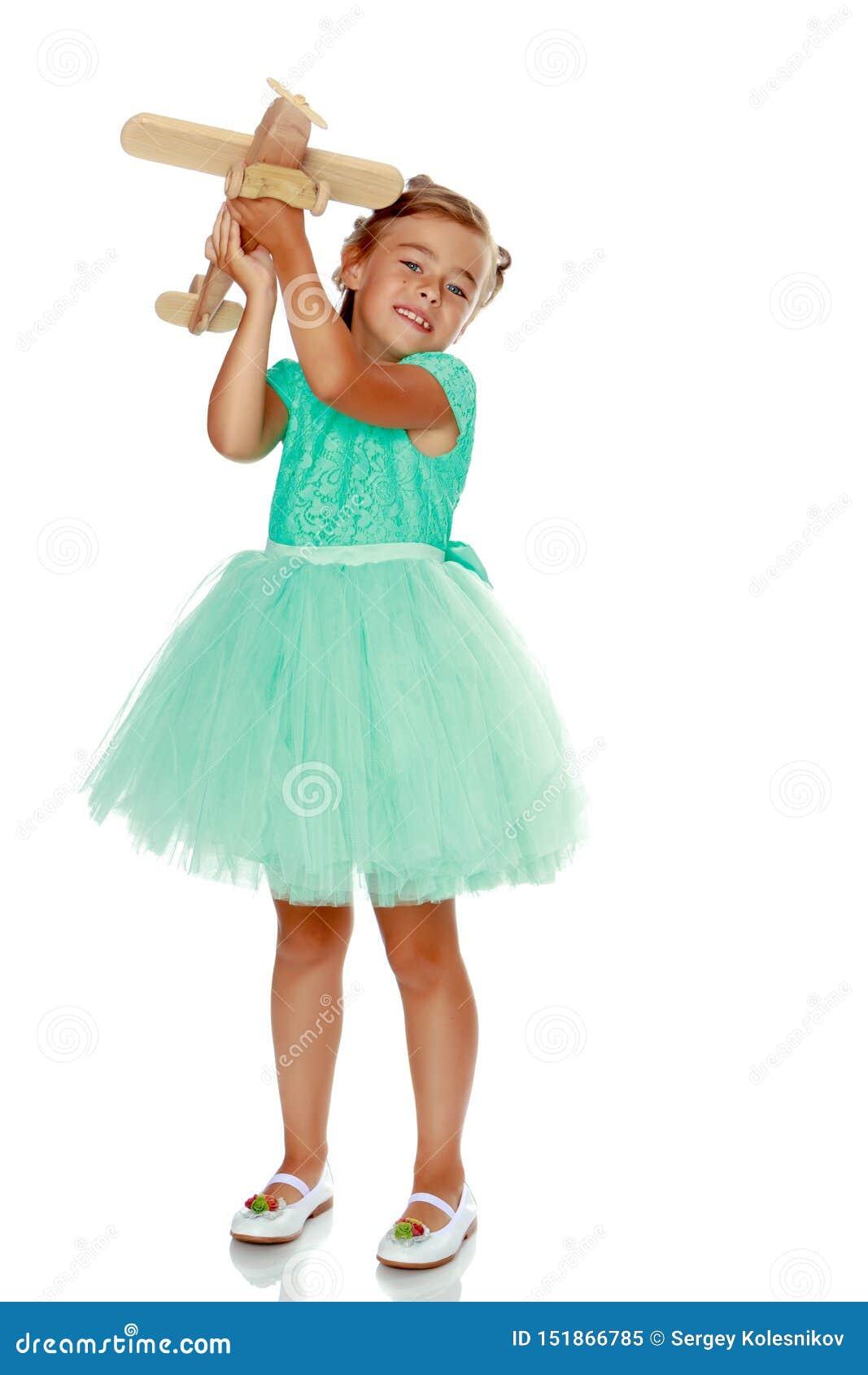 Μικρό κορίτσι με ένα αεροπλάνο στο χέρι της