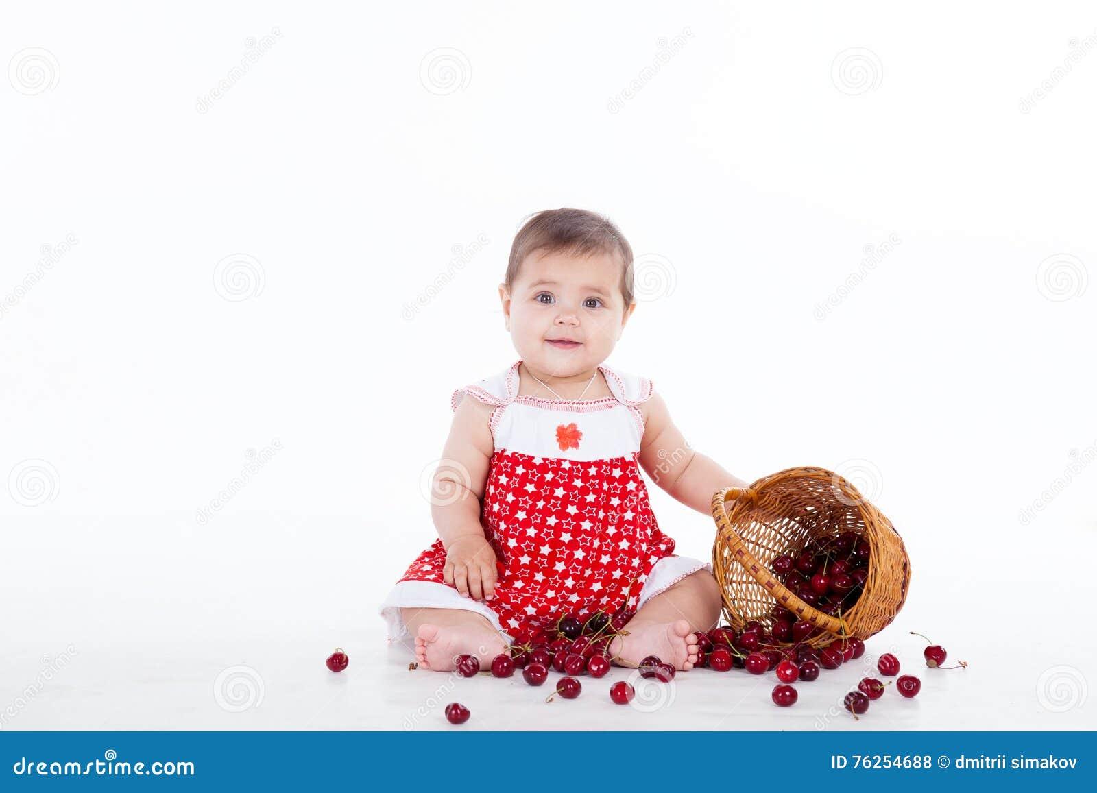 Μικρό κορίτσι με ένα καλάθι των μούρων κερασιών