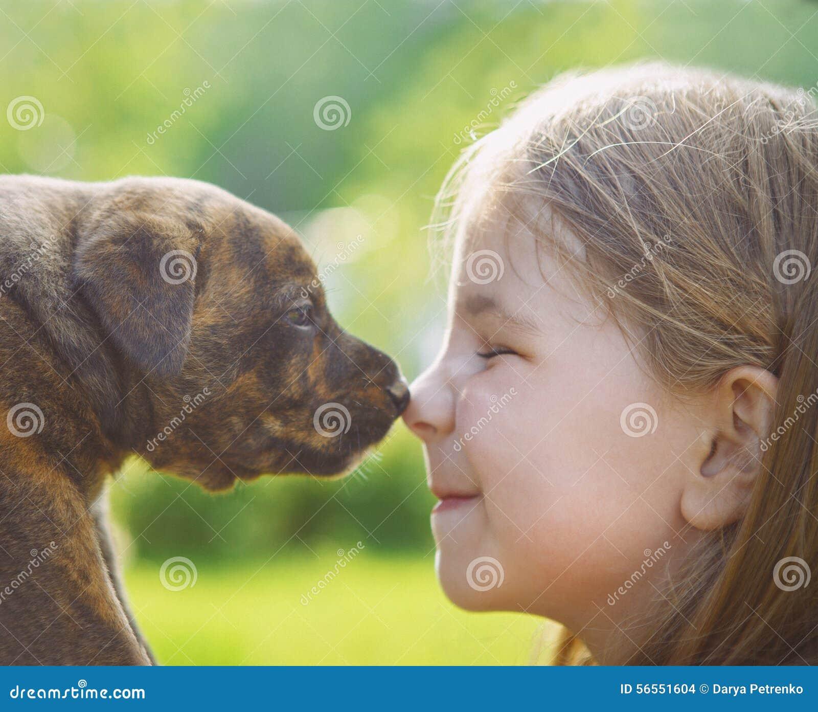 Download Μικρό κορίτσι με ένα κουτάβι Στοκ Εικόνες - εικόνα από κορίτσι, τρίχωμα: 56551604