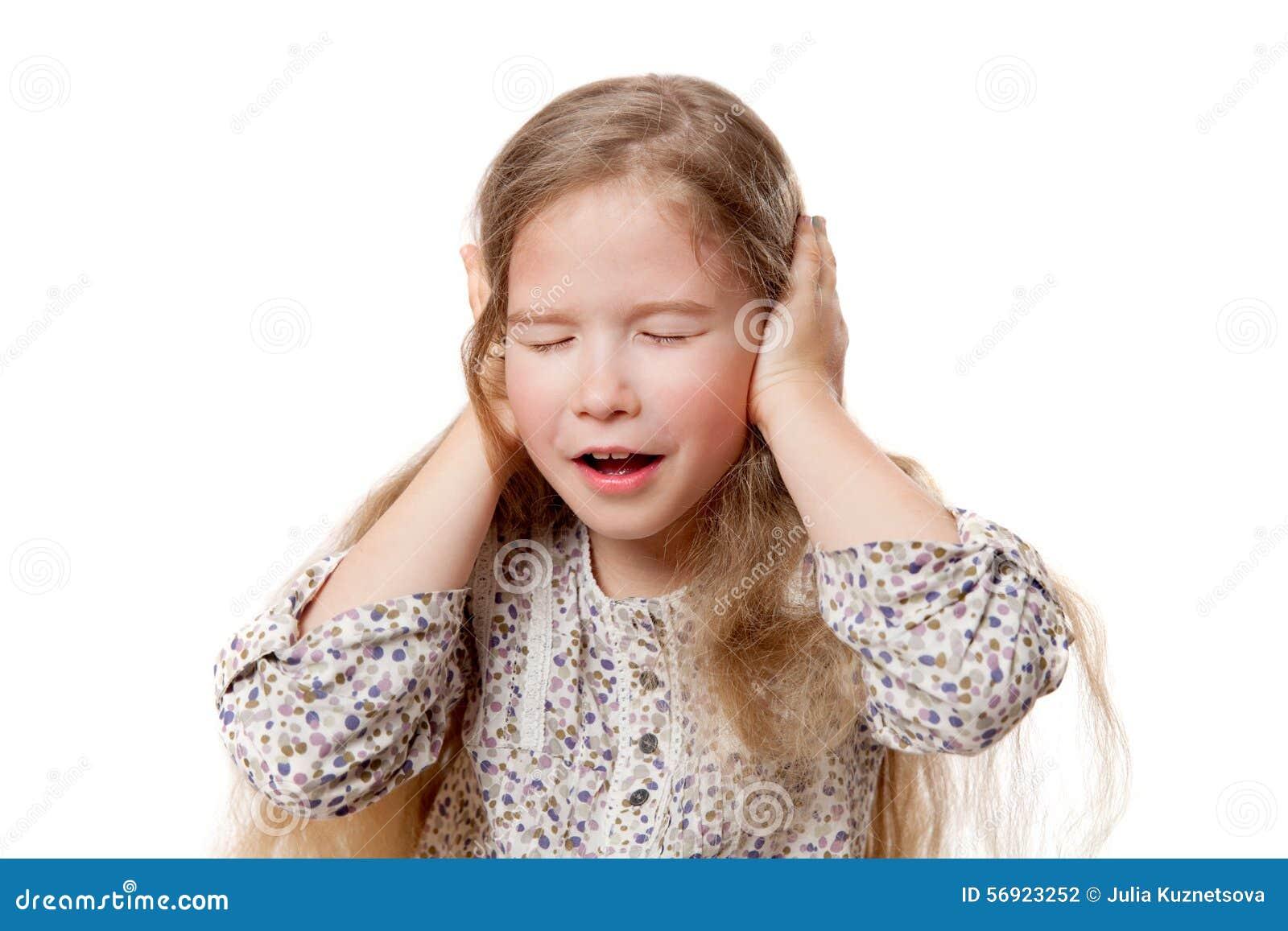 Μικρό κορίτσι με τα κλειστά μάτια και τα αυτιά