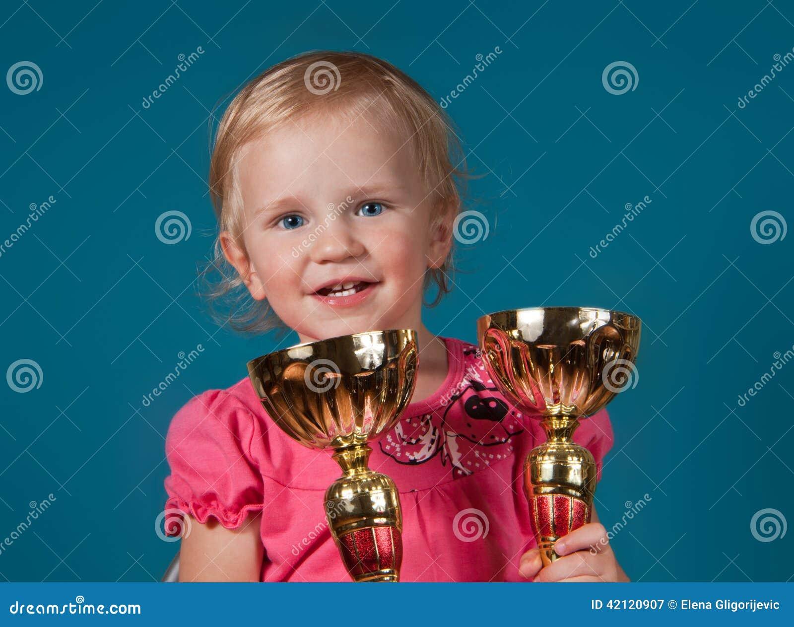 Μικρό κορίτσι με τα χρυσά τρόπαια