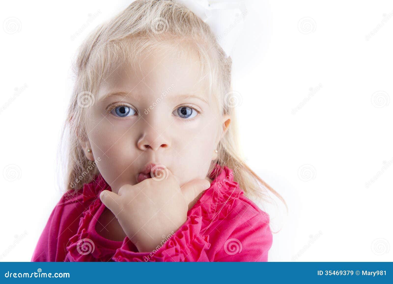 Μικρό κορίτσι με το δάχτυλο στο στόμα