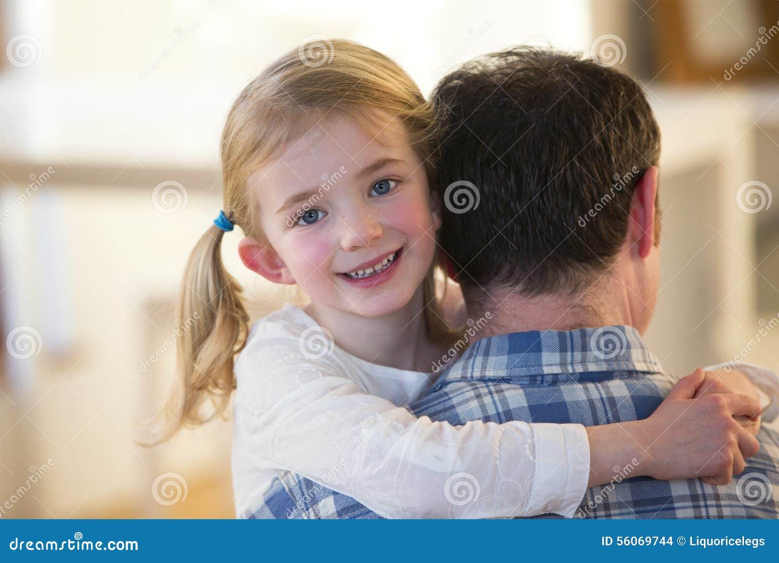 Μικρό κορίτσι που θέτει ταυτόχρονα φεμένος από τον πατέρα της