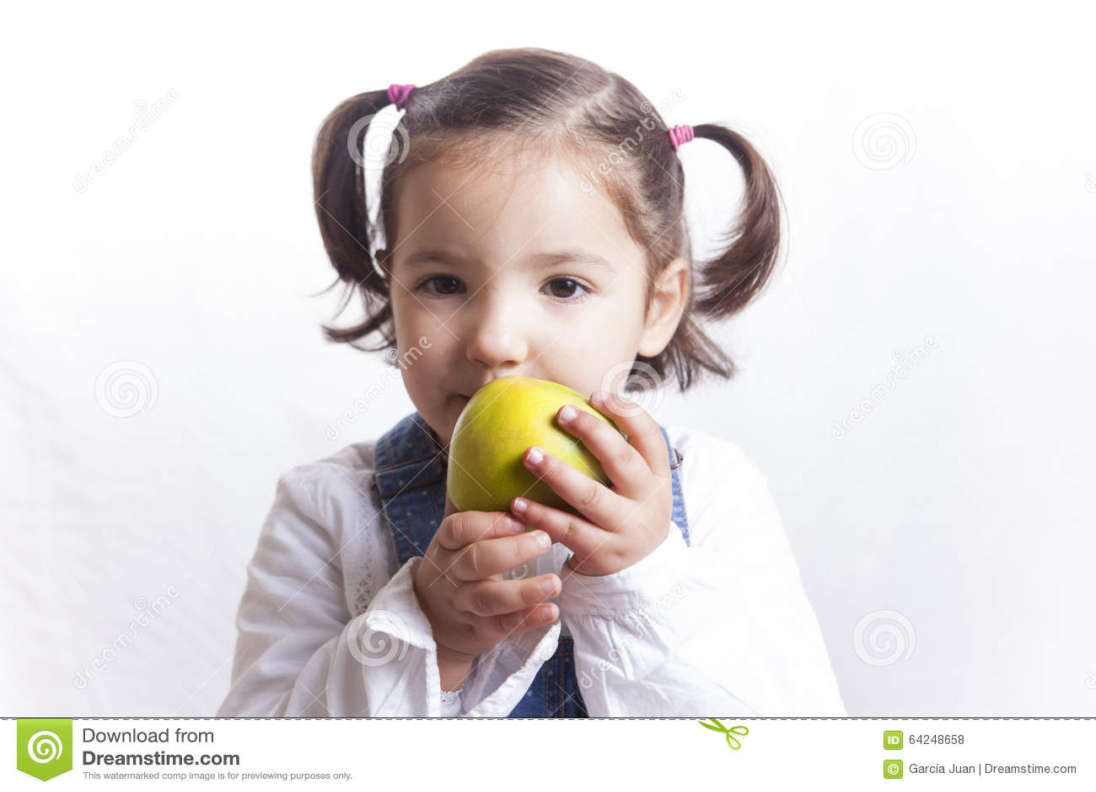 Μικρό κορίτσι που κρατά ένα πράσινο μήλο