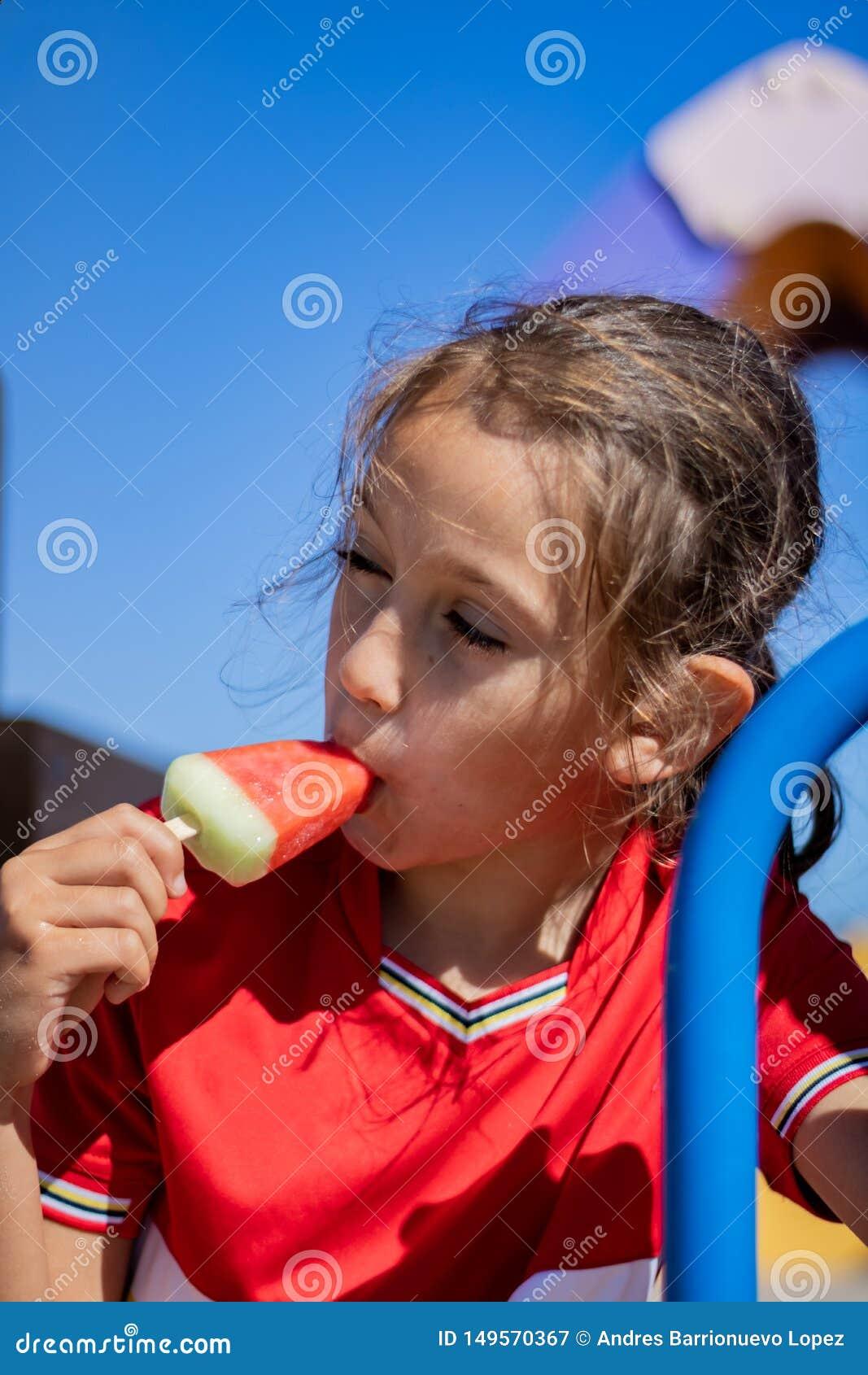 Μικρό κορίτσι που τρώει ένα παγωτό