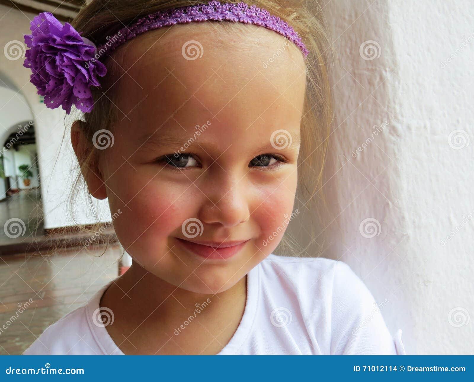 Μικρό κορίτσι που χαμογελά το καλοκαίρι