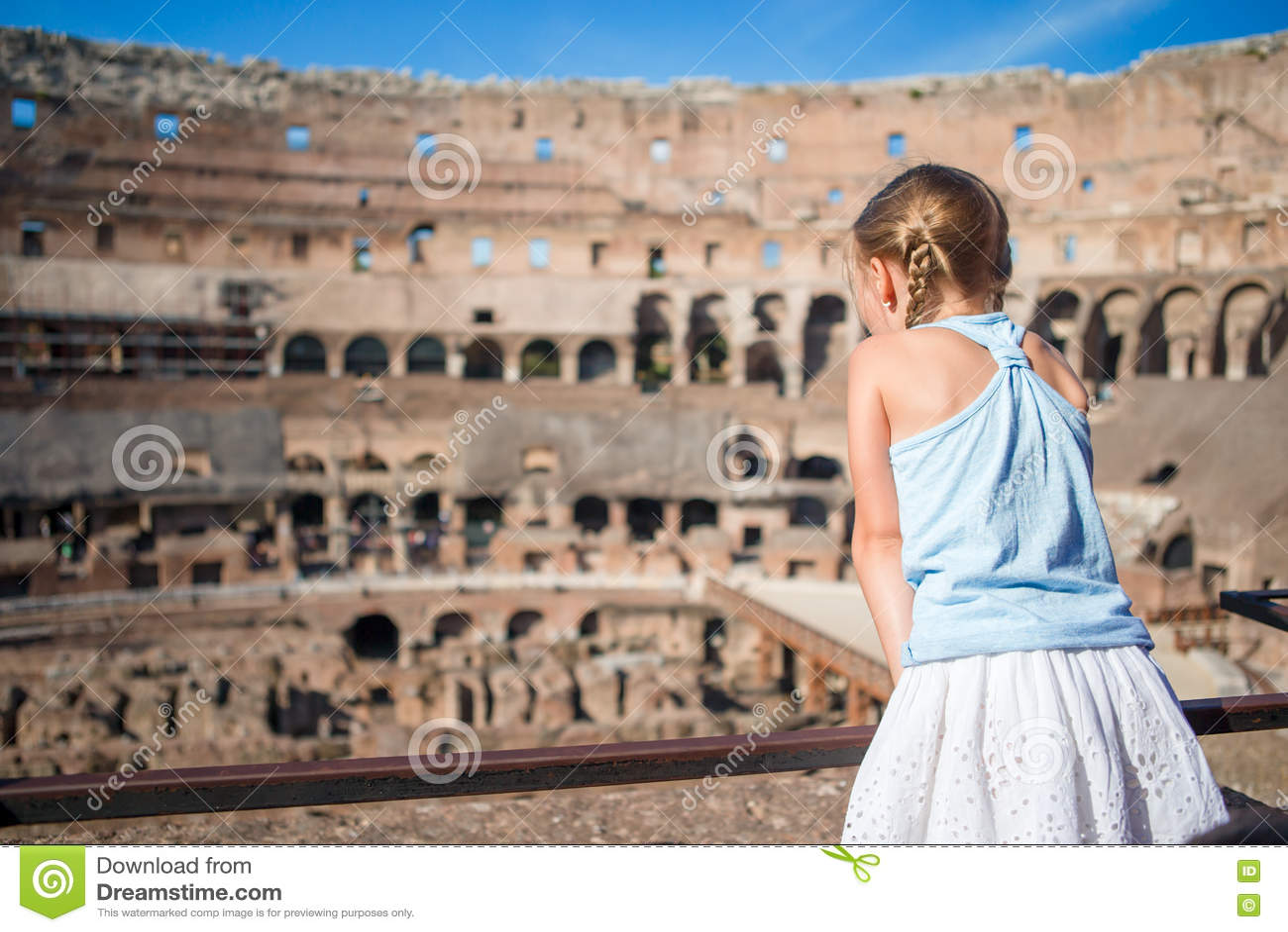 Μικρό κορίτσι σε Coliseum, Ρώμη, Ιταλία Πίσω άποψη του παιδιού που εξετάζει τα διάσημα μέρη στην Ευρώπη