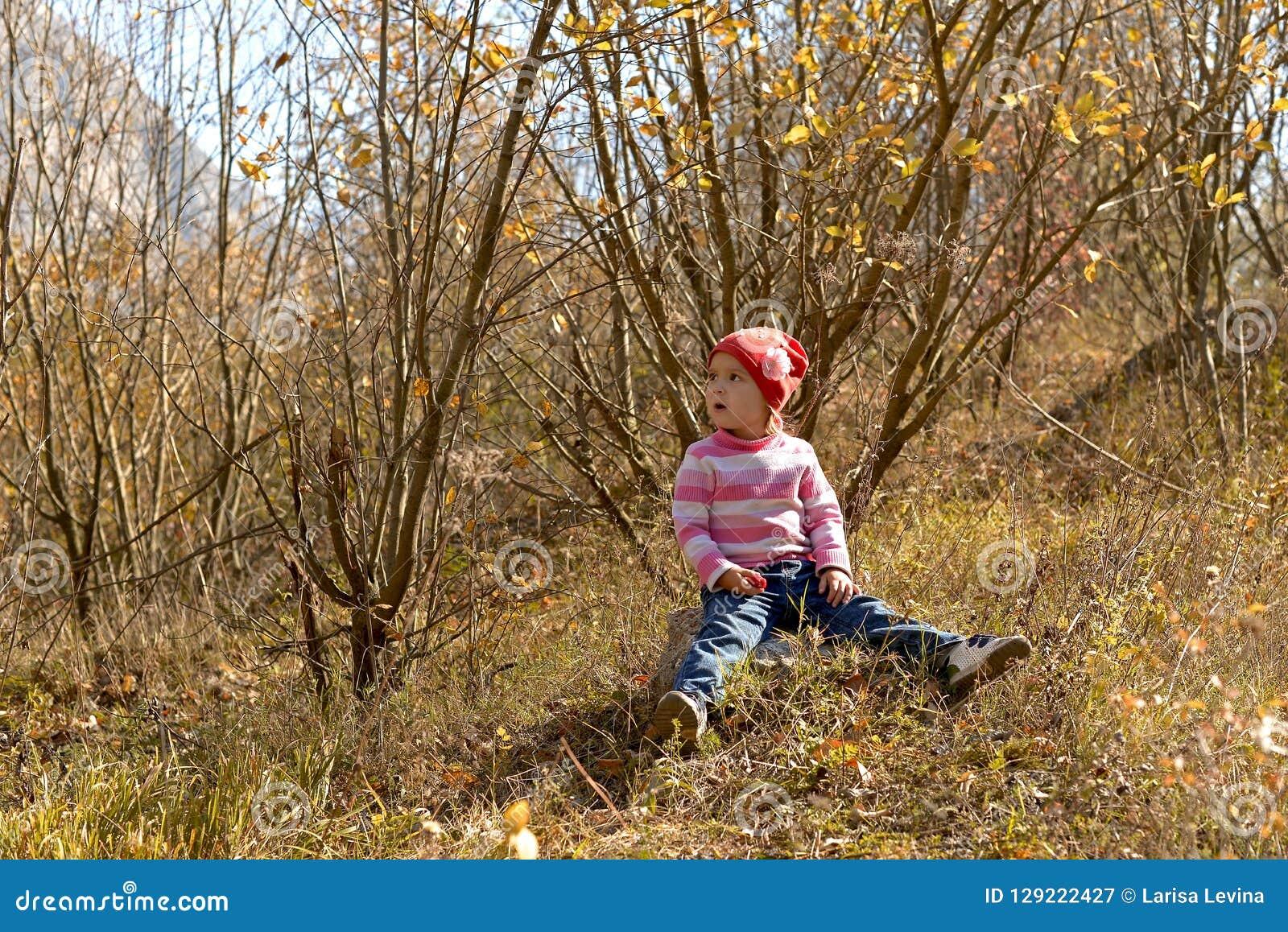 Μικρό κορίτσι στα βουνά το φθινόπωρο