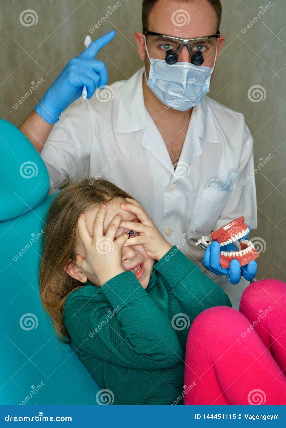 Μικρό κορίτσι στην οδοντική κλινική