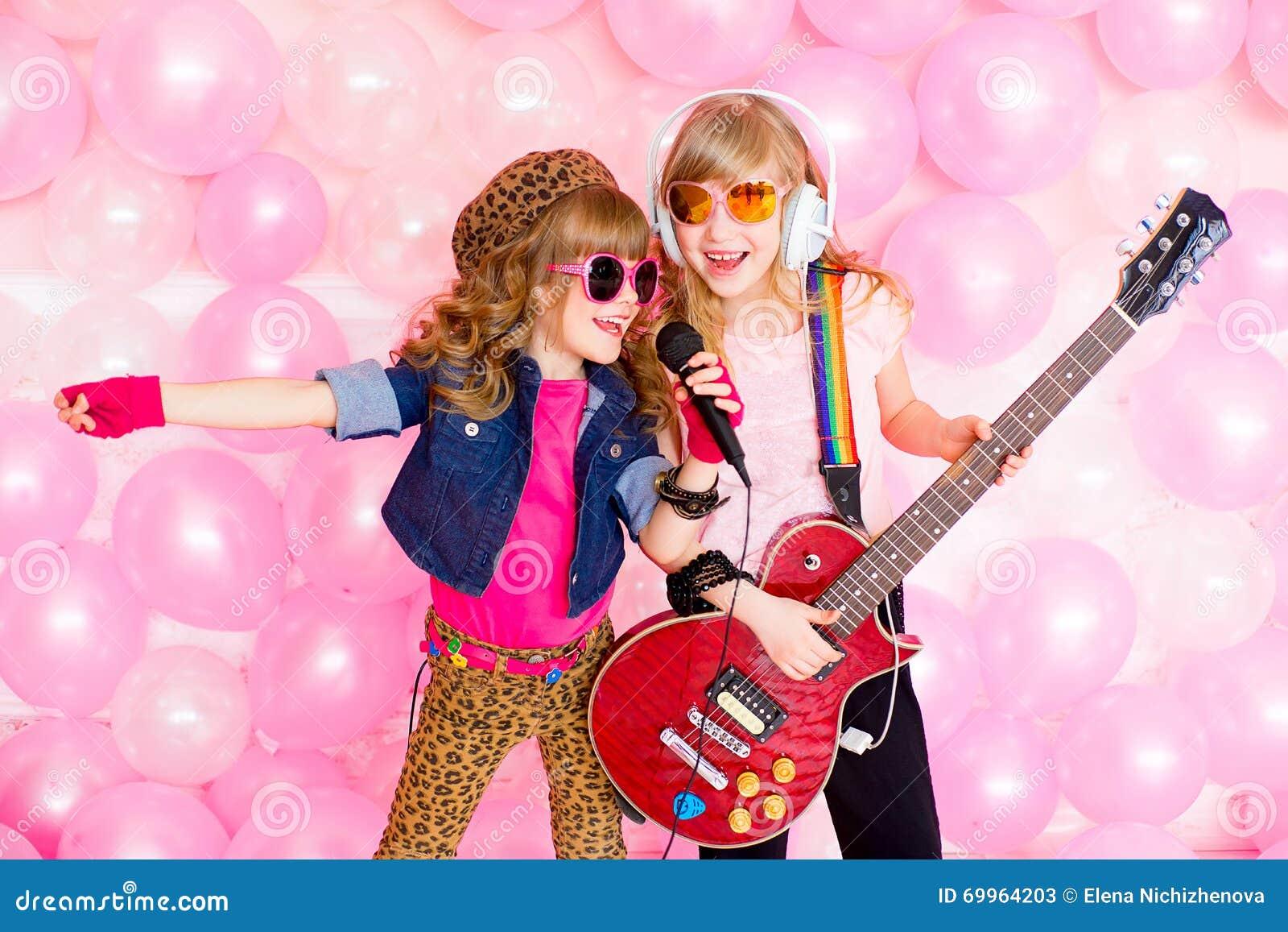 Μικρό κορίτσι δύο με ένα μικρόφωνο