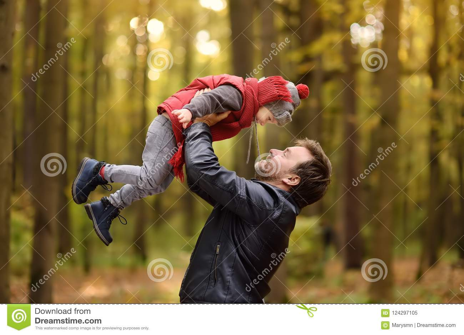 Μικρό παιδί με τον πατέρα του κατά τη διάρκεια του περίπατου στο δάσος