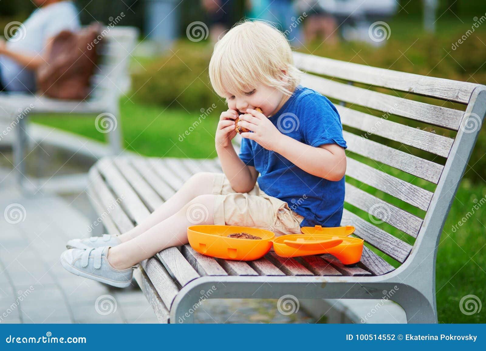Μικρό παιδί με το καλαθάκι με φαγητό και το υγιές πρόχειρο φαγητό