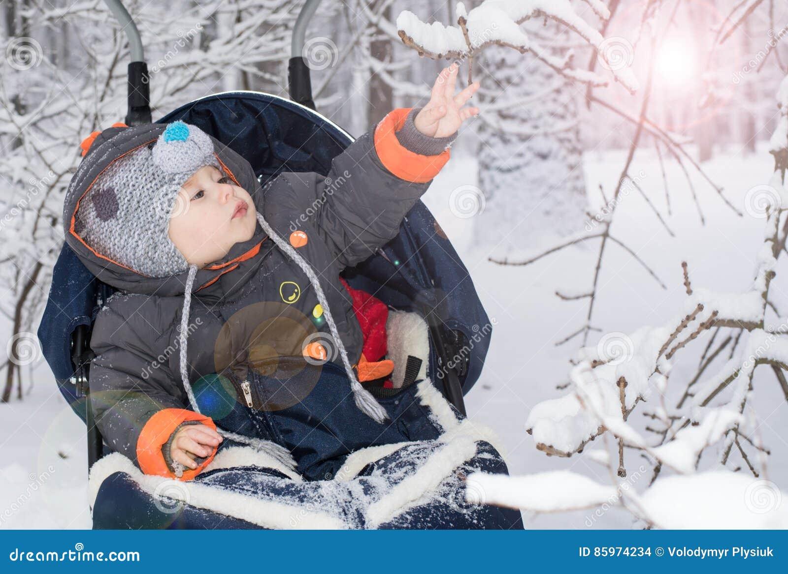 Μικρό παιδί που απολαμβάνει έναν γύρο ελκήθρων