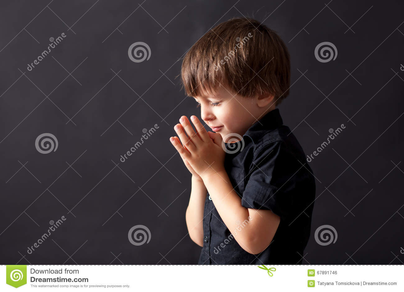 Μικρό παιδί που προσεύχεται, παιδί που προσεύχεται, απομονωμένο υπόβαθρο