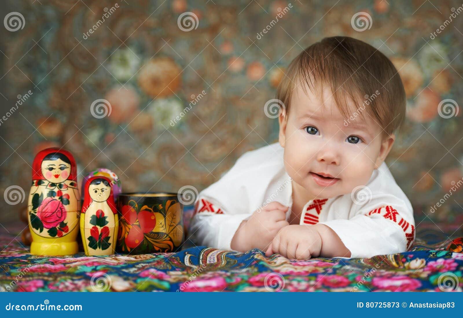Μικρό παιδί σε ένα παραδοσιακό ρωσικό πουκάμισο με την κεντητική