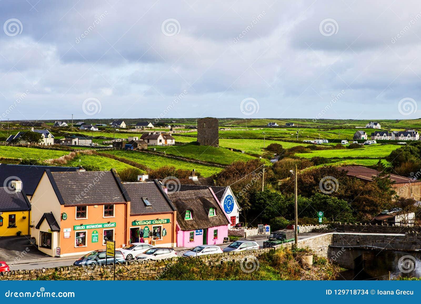 Μικρό χωριό Doolin με το κατάστημα τεχνών, Ιρλανδία
