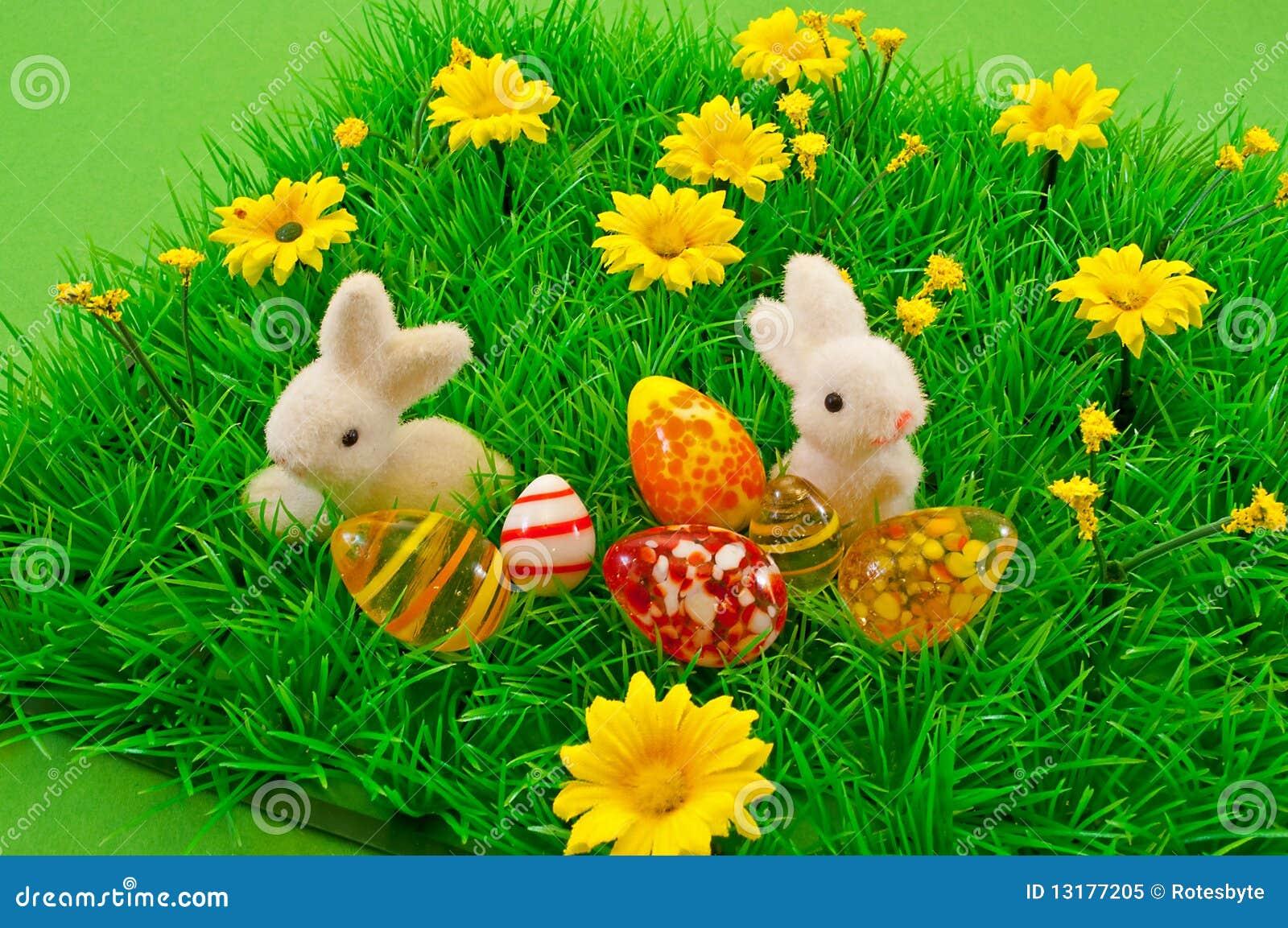 Μικρό Bunny Πάσχας στη χλόη