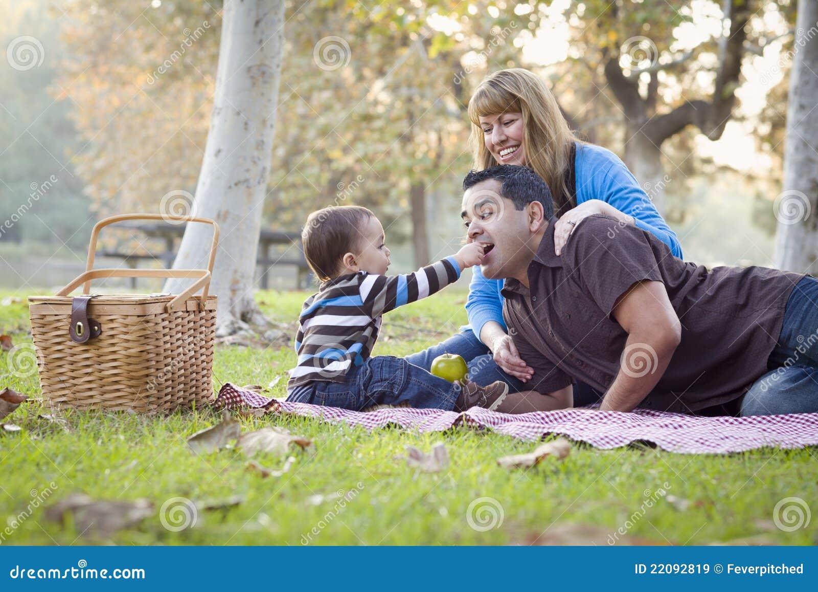Μικτή εθνική οικογένεια φυλών που έχει Picnic στο πάρκο