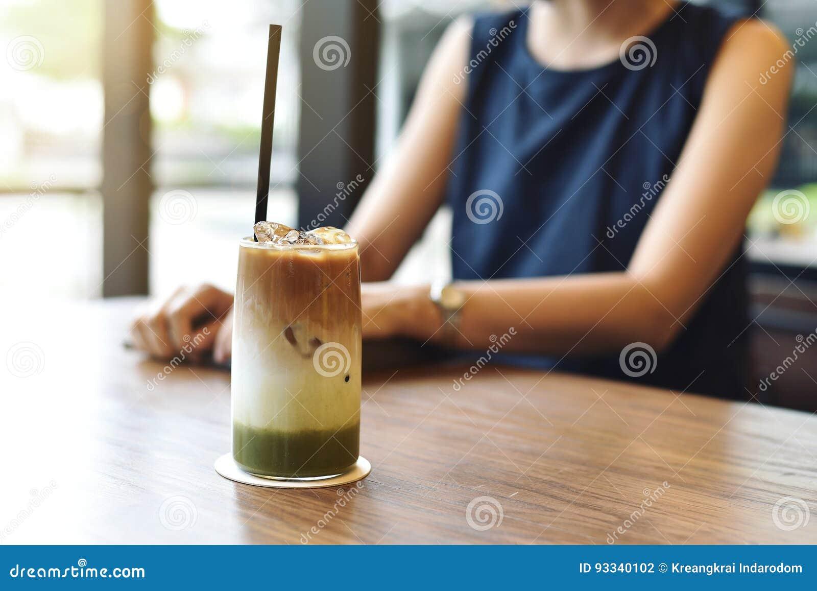 Μικτός του τσαγιού matcha και latte του καφέ πάγου