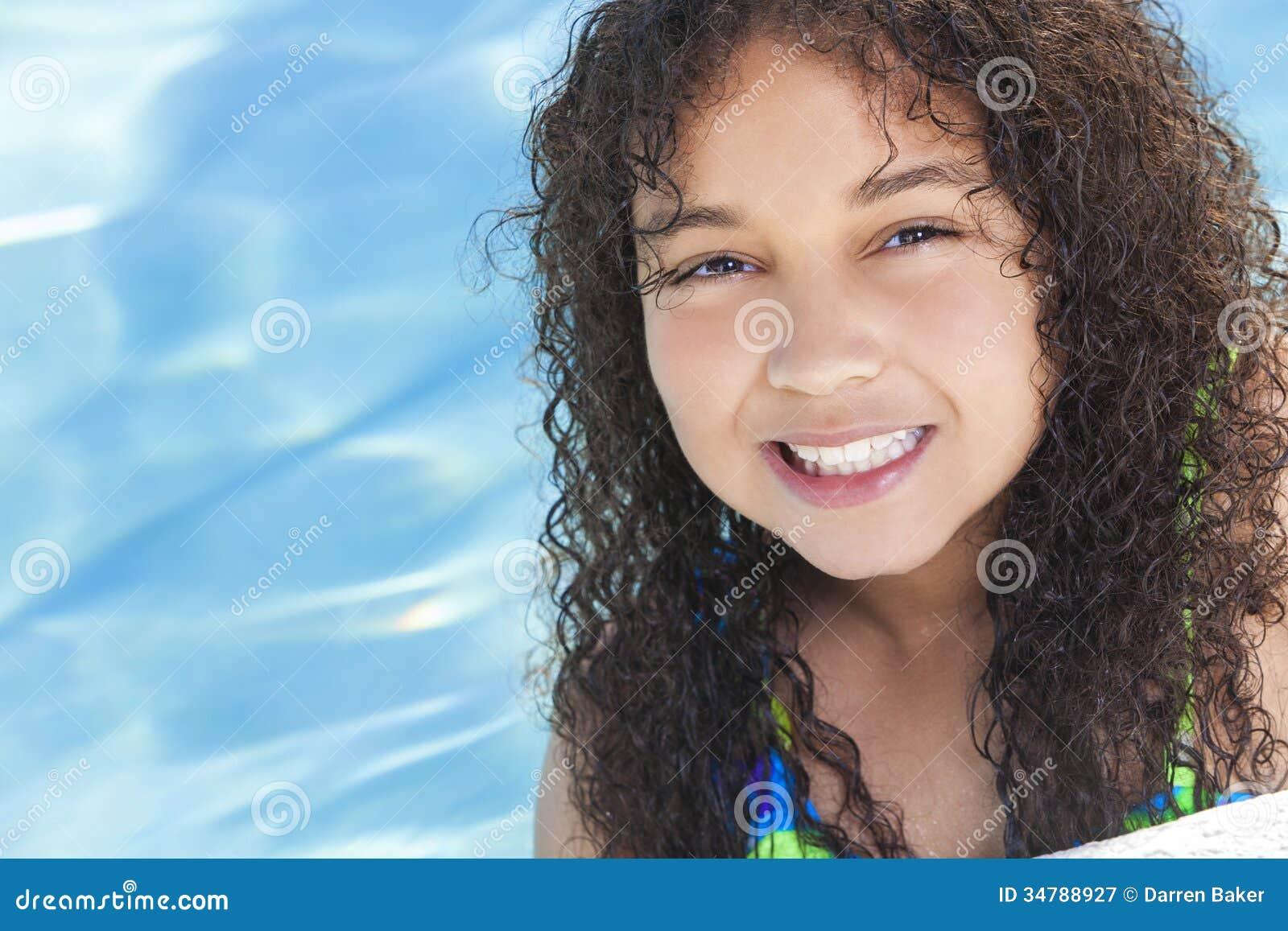 Μικτό αφροαμερικάνος παιδί κοριτσιών αγώνων στην πισίνα
