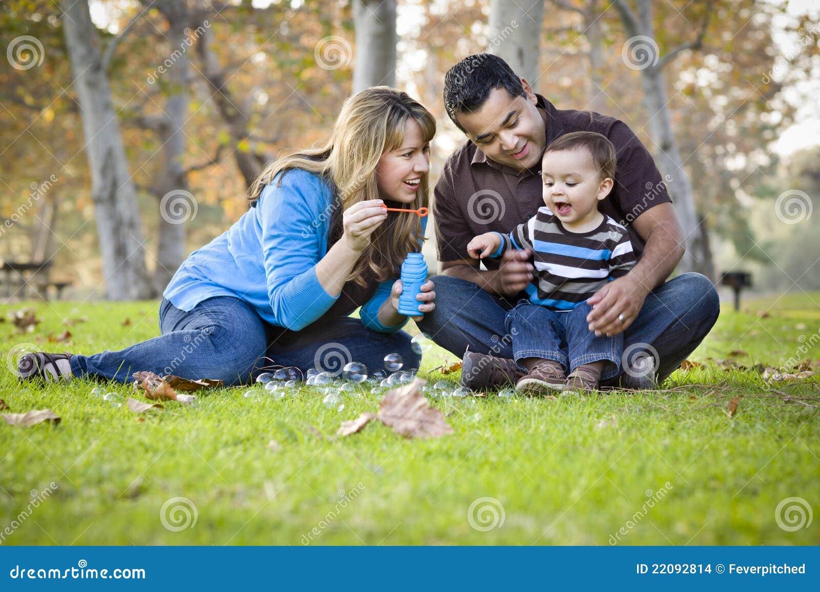 Μικτό εθνικό οικογενειακό παιχνίδι φυλών με τις φυσαλίδες