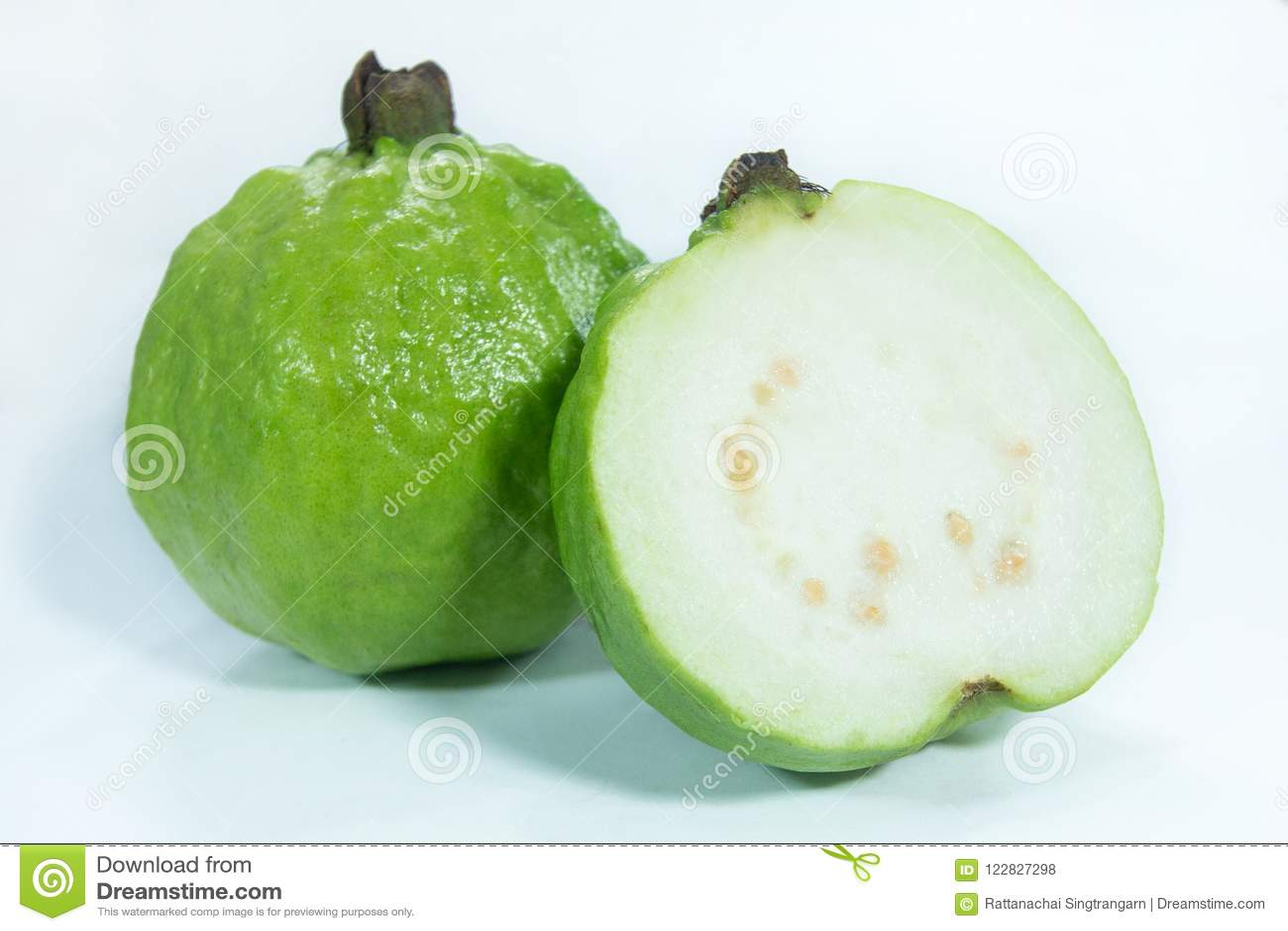 Μισά φρέσκα οργανικά ώριμα φρούτα γκοϋαβών
